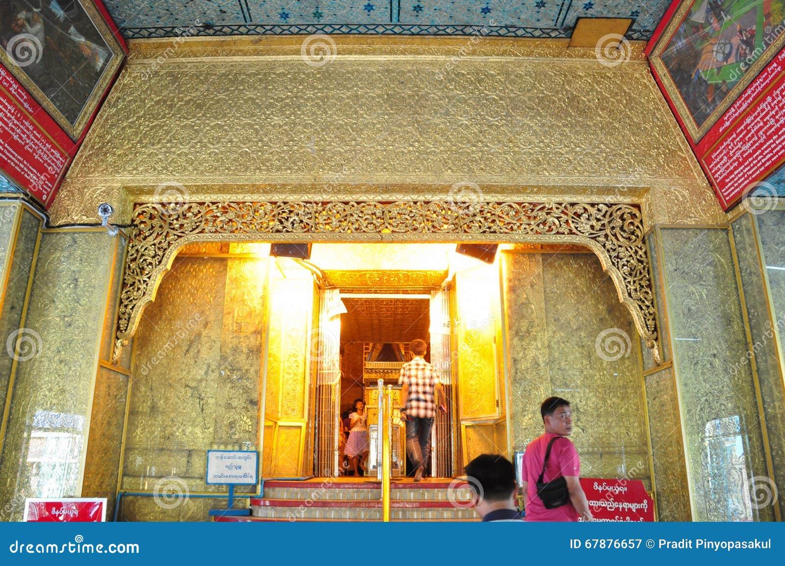 未知的游人参观Botataung塔寺庙