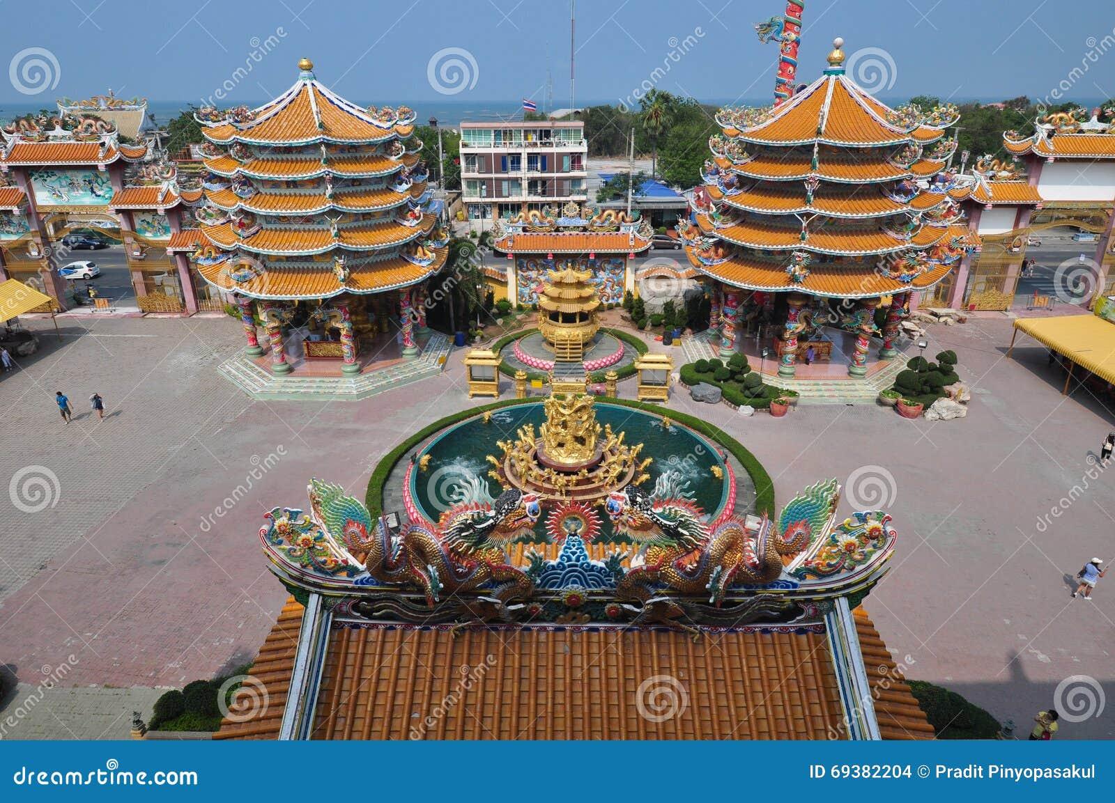 未知的游人在春武里市,泰国参拜中国人寺庙
