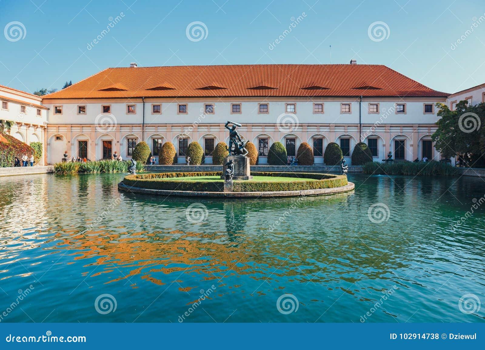 未认出的人民当前参观Wallenstein宫殿捷克参议院的家在P的