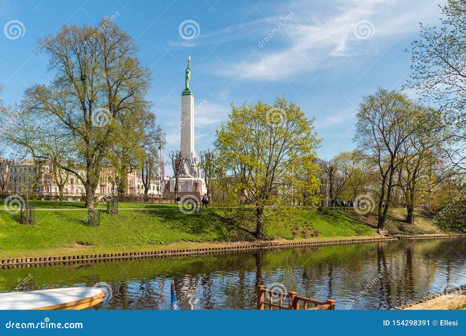 本营庭院有自由纪念碑的看法在里加,拉脱维亚