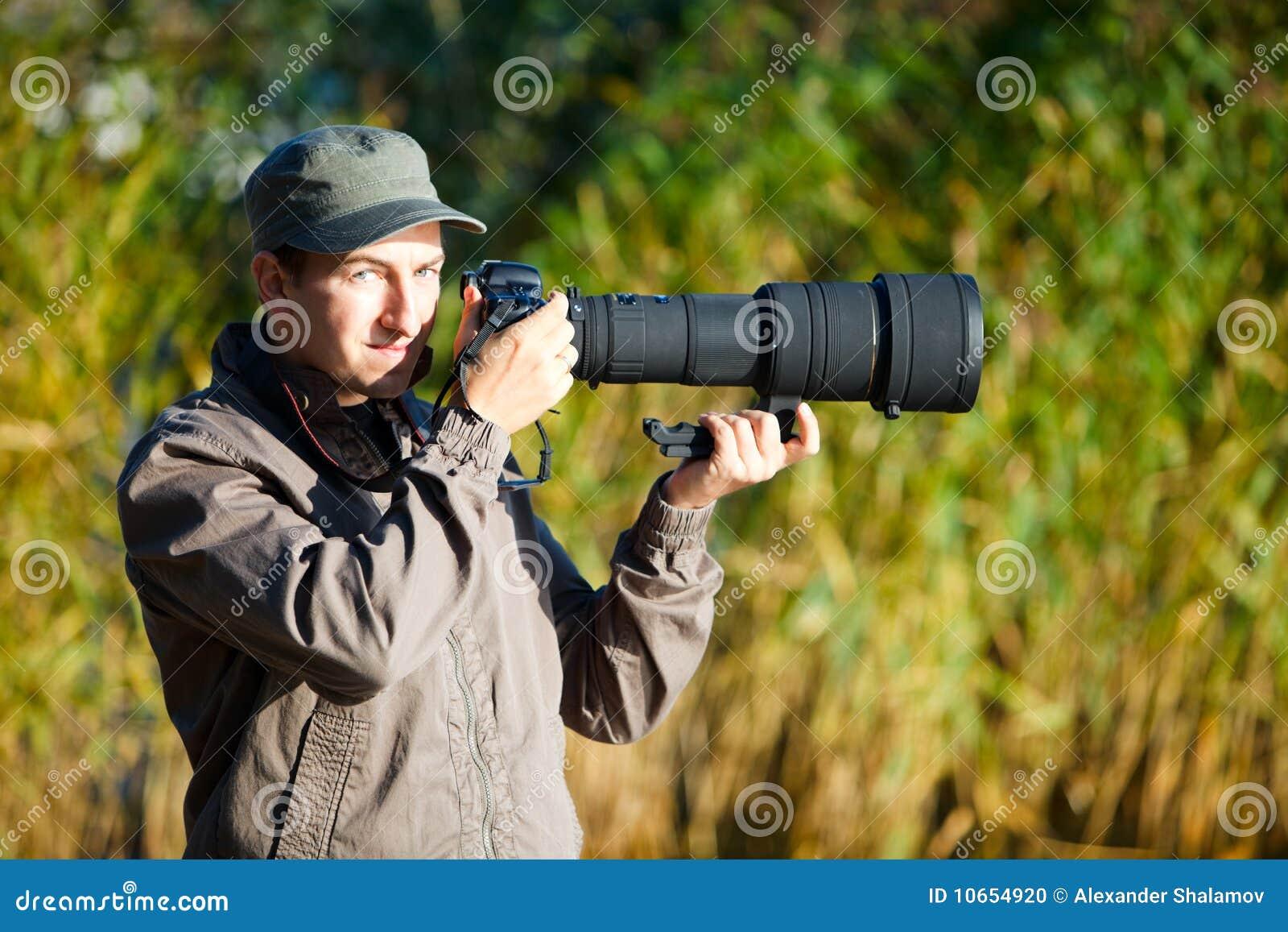 透镜本质采取远距照相的摄影师照片使用年轻人.