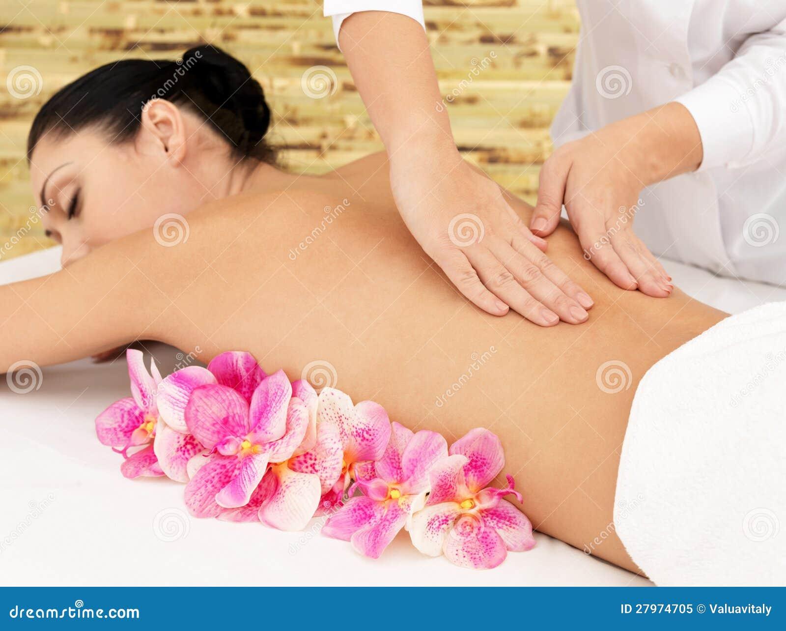 机体健康按摩的妇女在美容院的