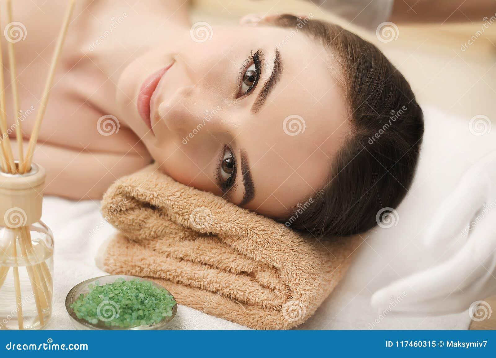 机体关心英尺健康温泉水妇女 温泉妇女 秀丽处理概念 美好的健康