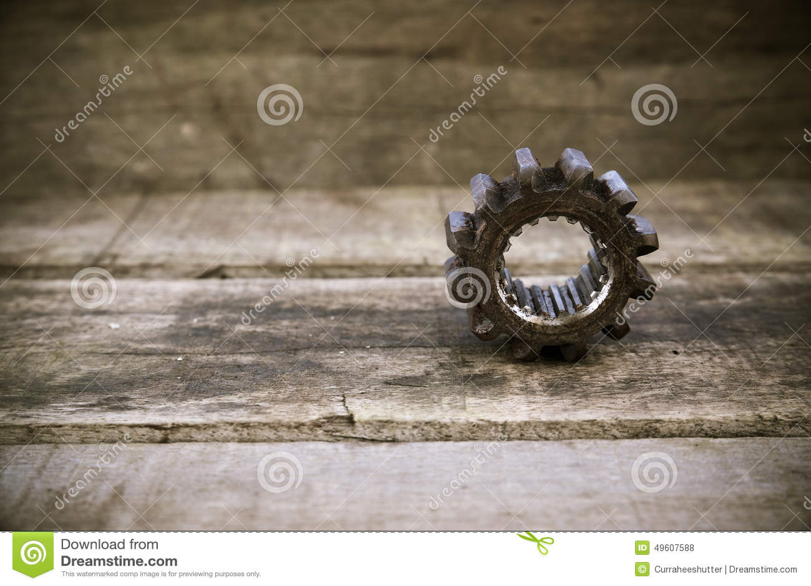机器的老齿轮在木背景的 在葡萄酒图片样式的齿轮