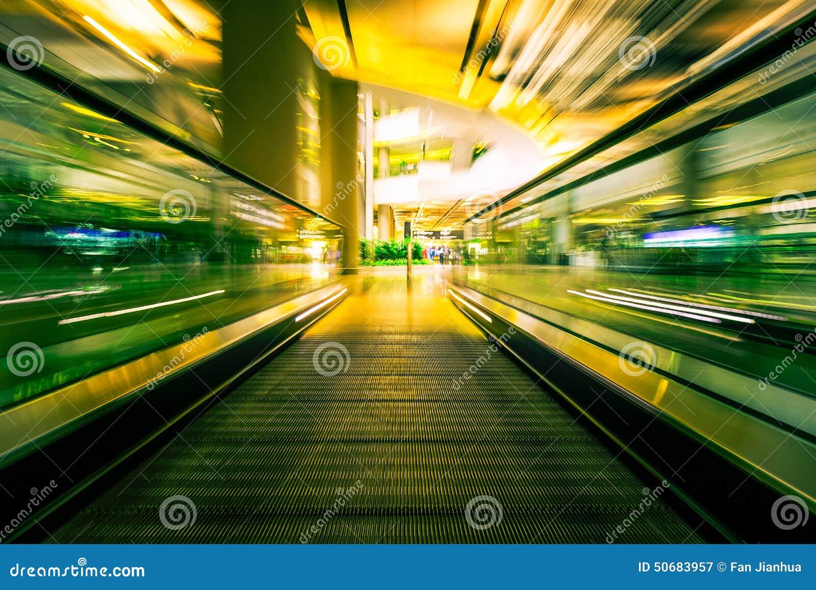 Download 机场隧道和步行者 库存图片. 图片 包括有 模糊, 迅速地, 步幅, 休闲, 建筑, 旅游业, alamos - 50683957