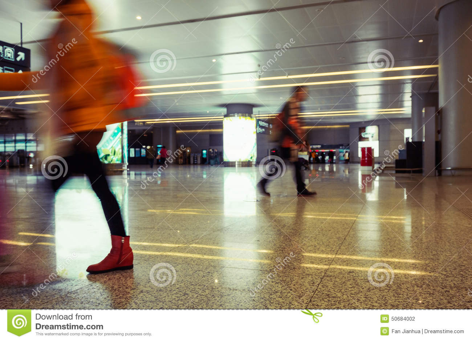 Download 机场隧道和步行者 库存照片. 图片 包括有 旅游业, 模糊, 室内, 乘客, 购物, 休闲, 城市, 陆运 - 50684002