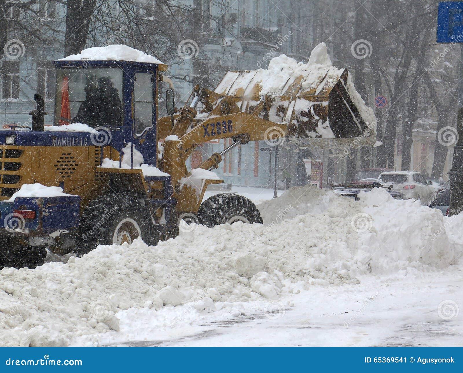 机械吹雪机 自然灾害冬天,飞雪,大雪麻痹了城市,崩溃 积雪旋风欧洲