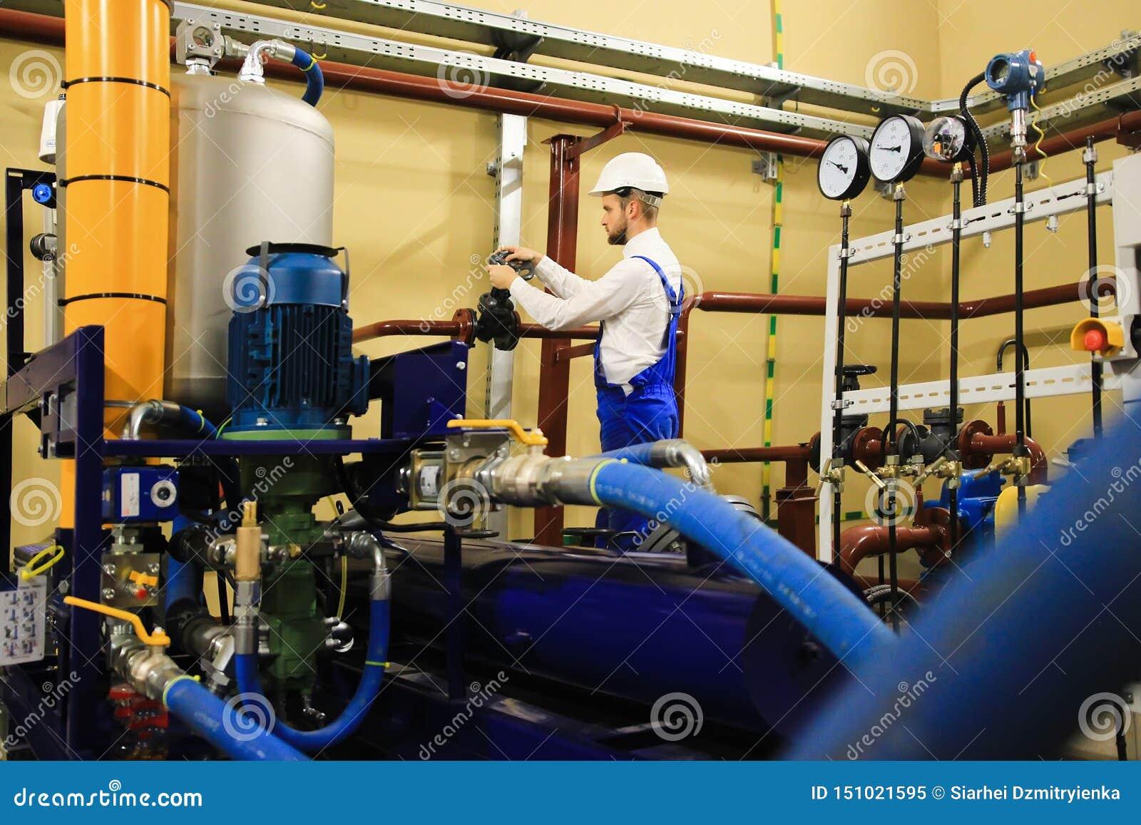 机械在油和煤气工厂的审查员转动的闸式阀