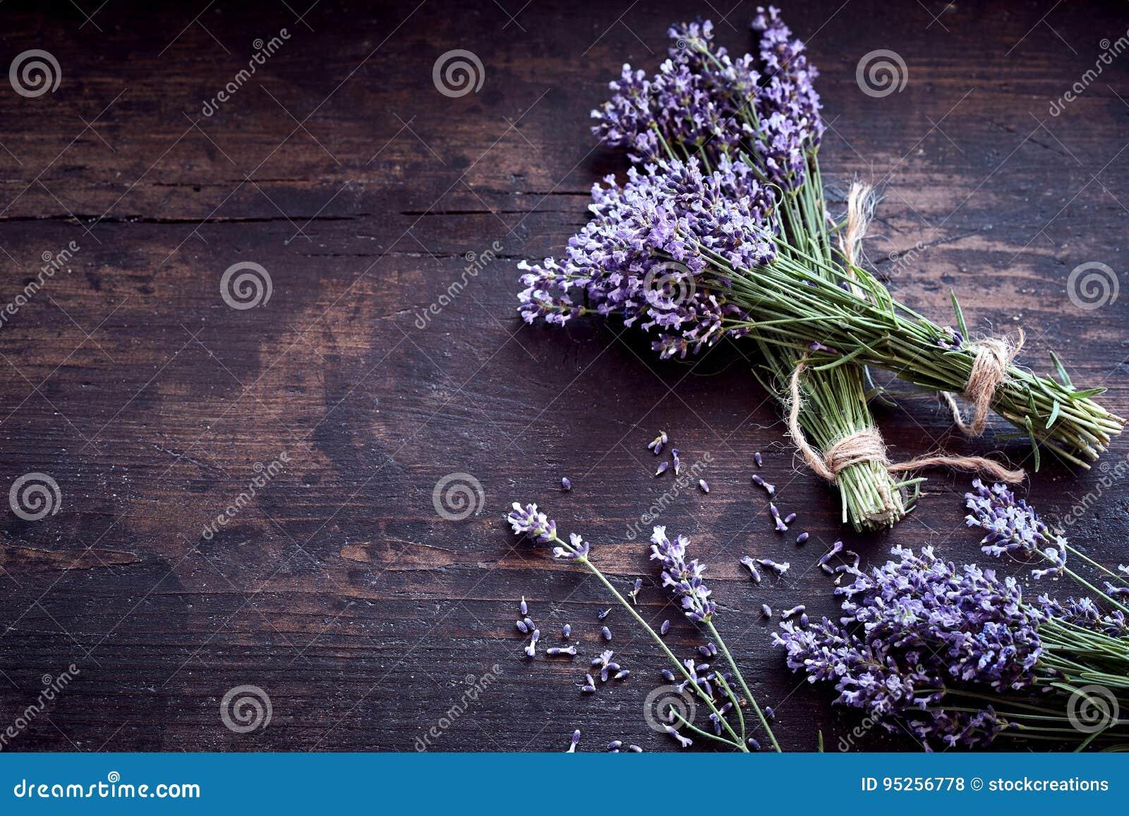 束在土气木头的新鲜的芳香淡紫色