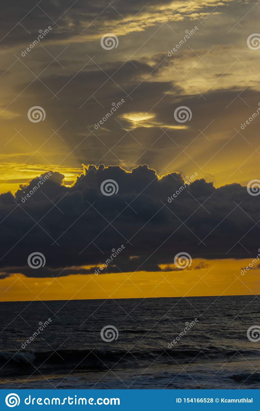 来自在海上的天空的太阳光芒