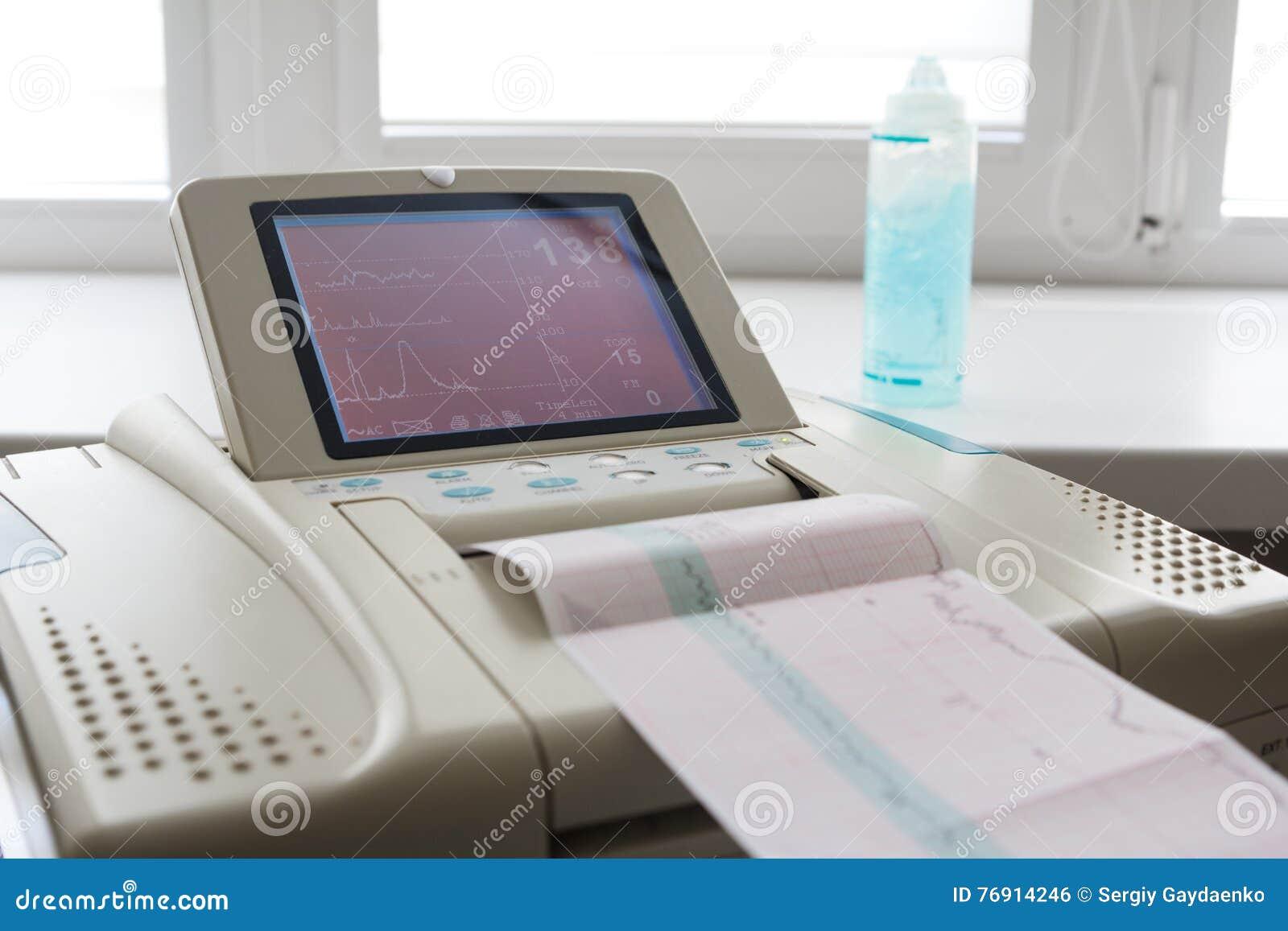 来自心动电描记器的心电图报告打印在辛苦病区里