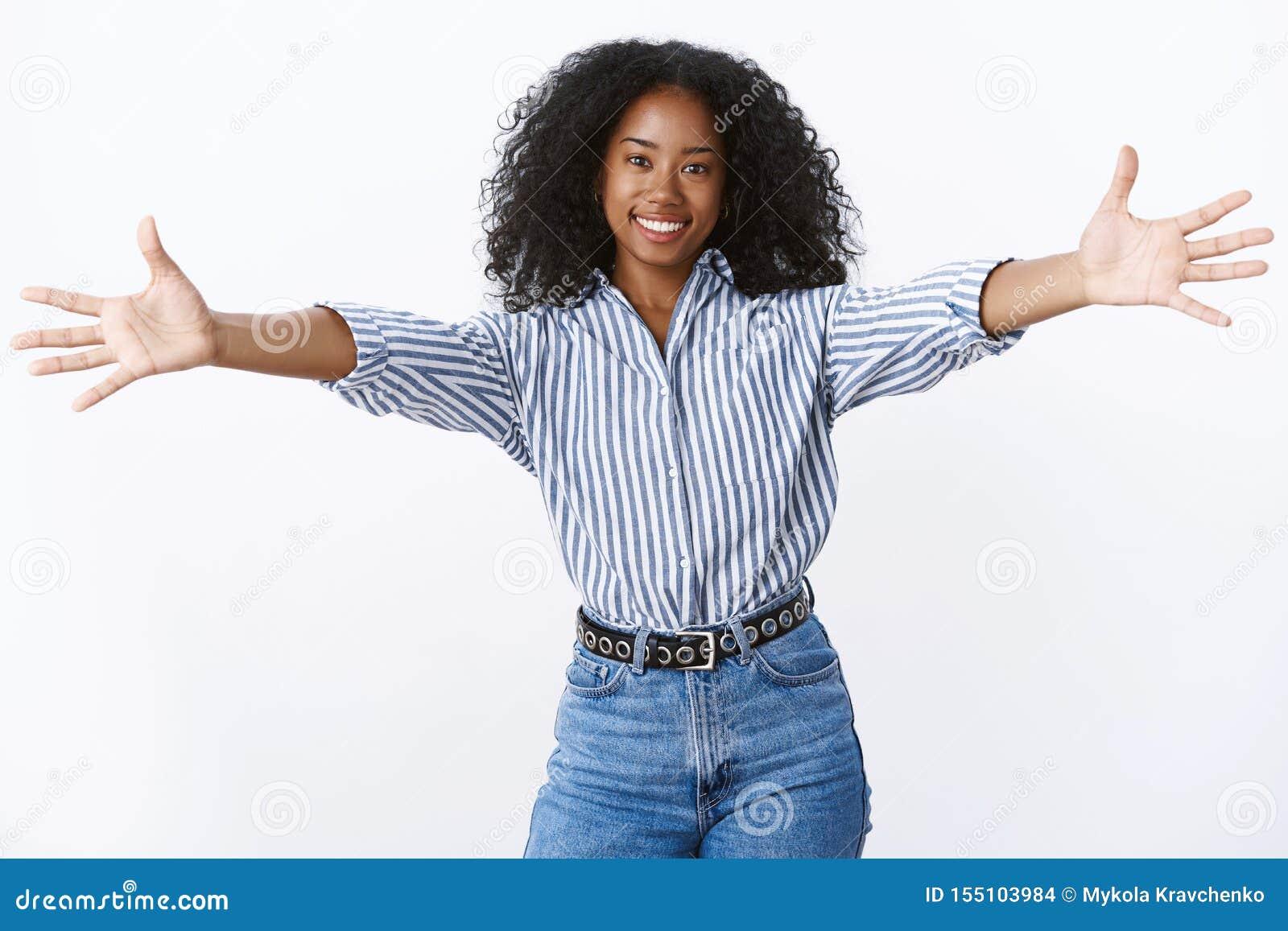 来让我拥抱您 画象友好可爱的女性非裔美国人的朋友给热烈欢迎要拥抱