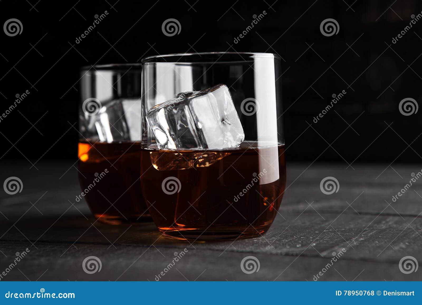 杯与冰的威士忌酒在木背景