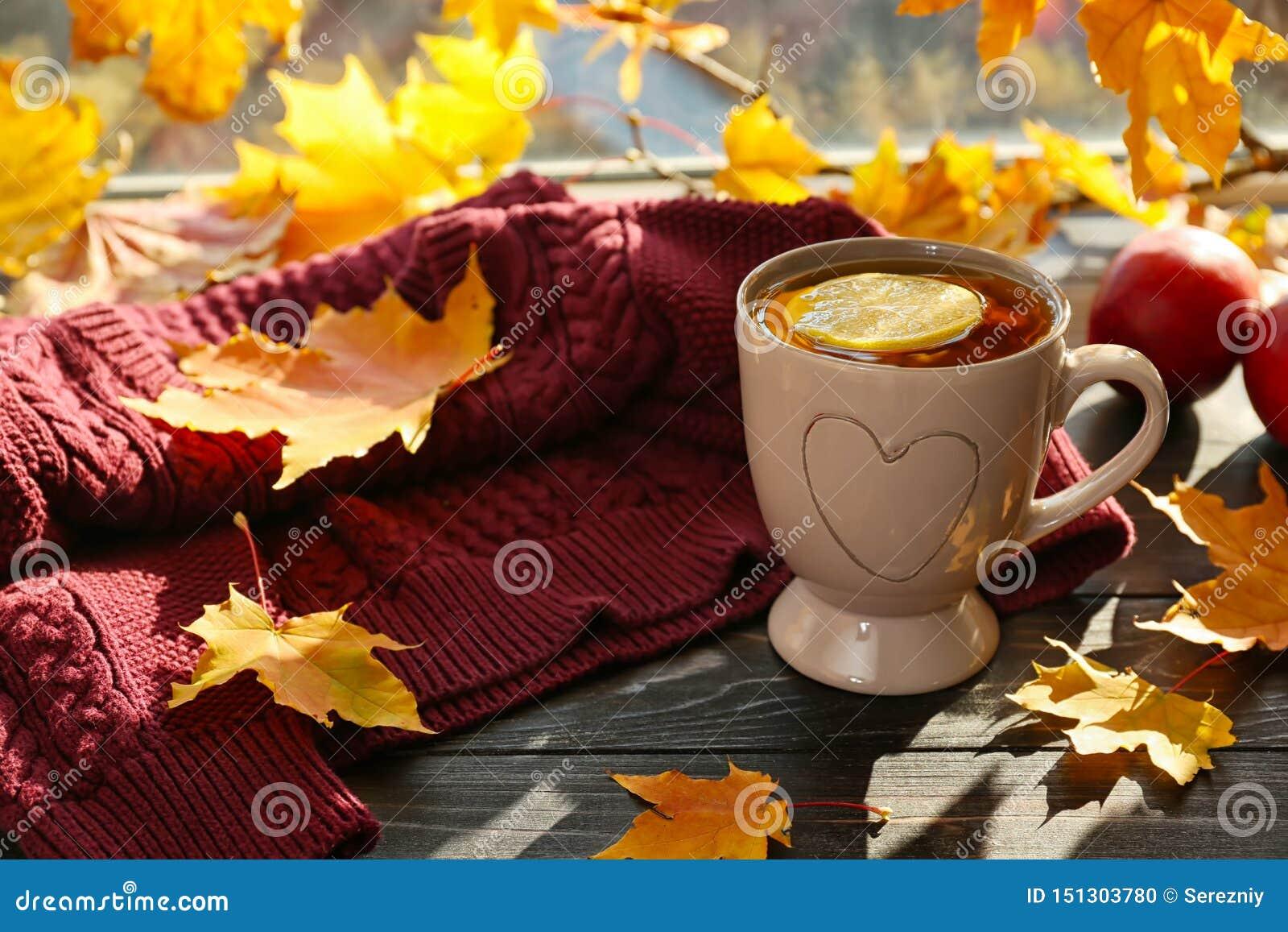 杯与秋叶的芳香茶在窗台