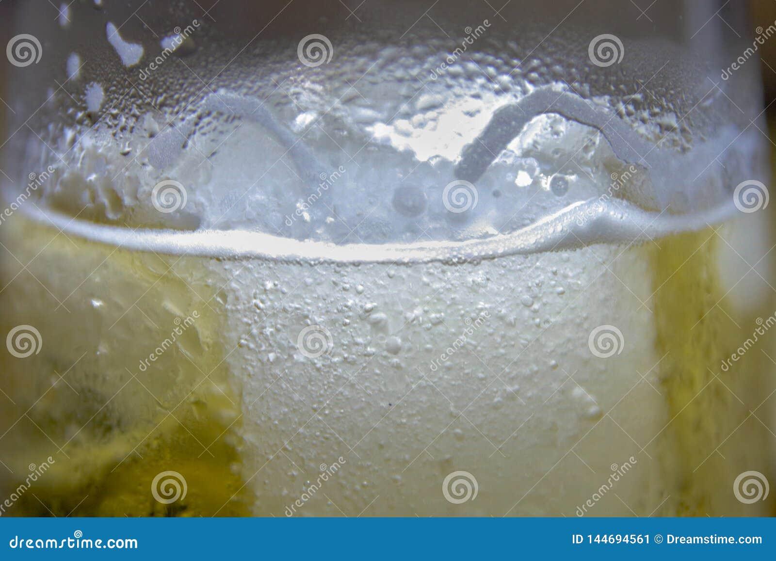 杯冰镇啤酒用浓缩的水