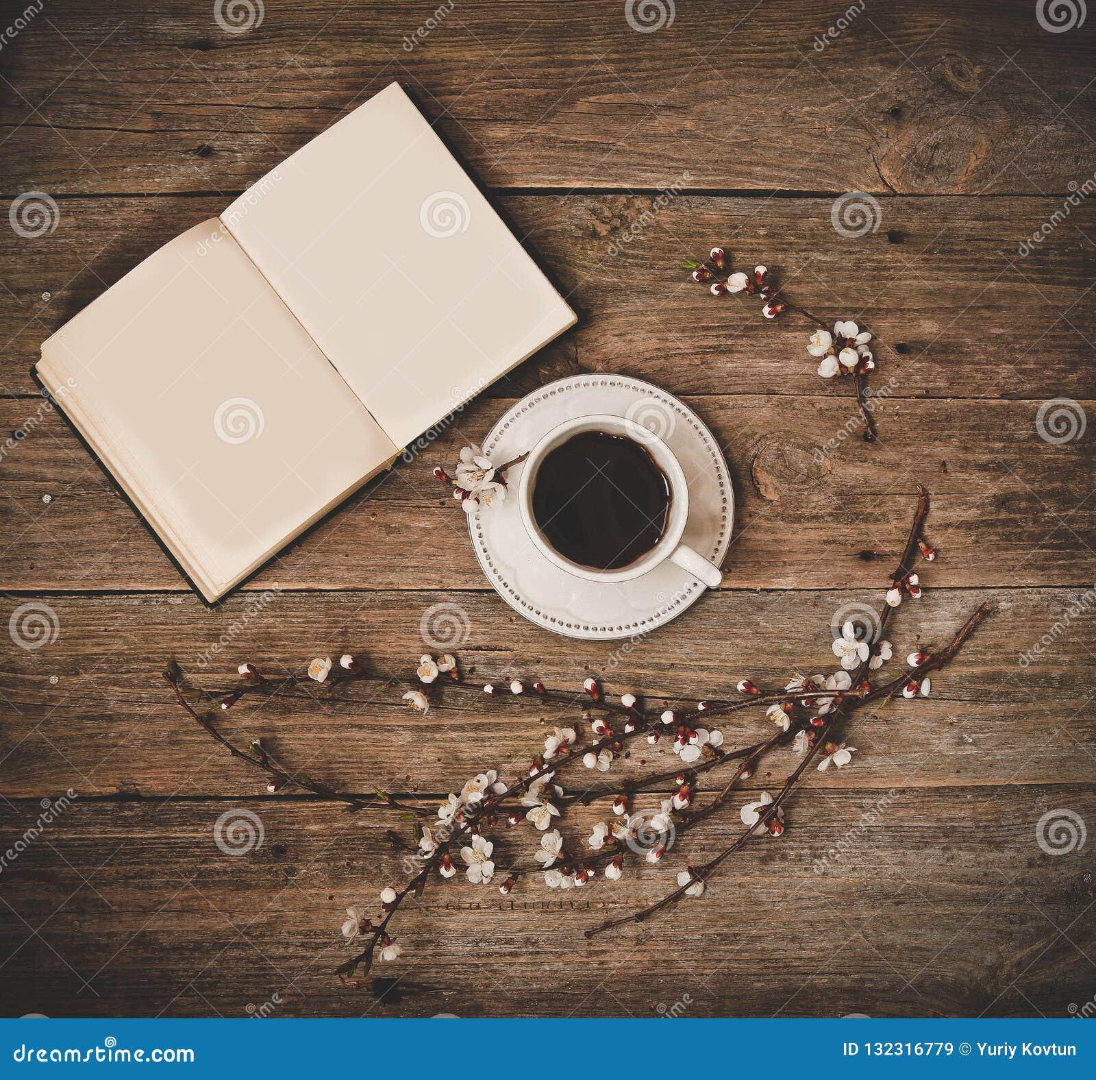 杯咖啡白色茶碟书木背景