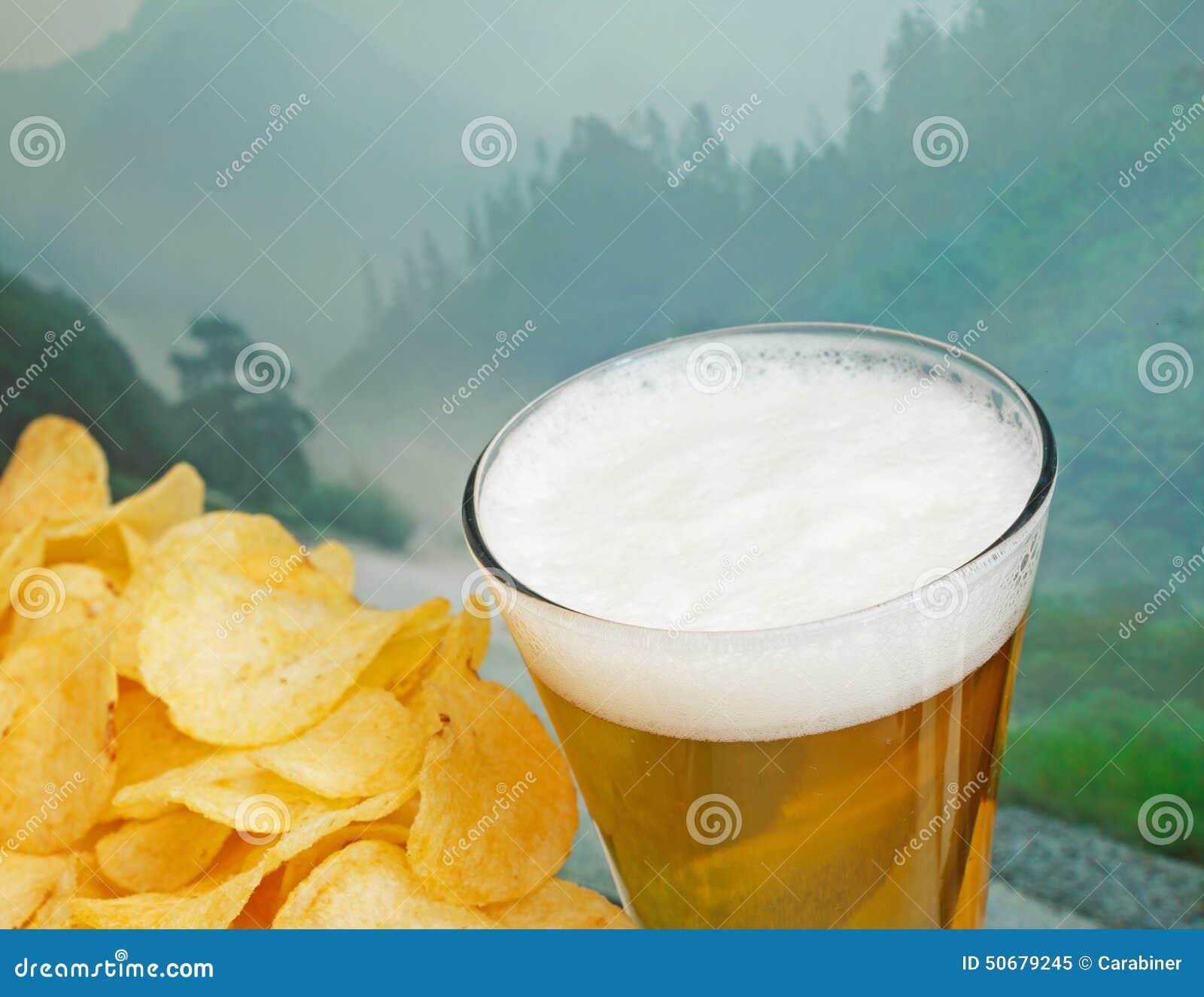 Download 杯啤酒和土豆片 库存图片. 图片 包括有 饮料, 玻璃, 结露, 巴伐利亚人, 背包, 宏指令, 没人, 关闭 - 50679245