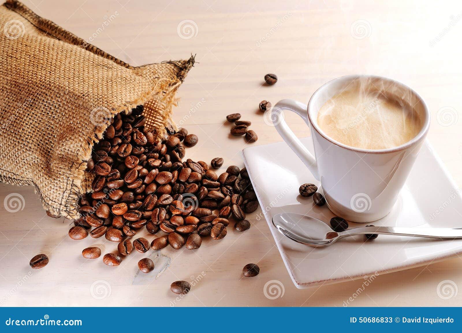 Download 杯在桌和大袋上的热的咖啡用咖啡豆 库存图片. 图片 包括有 咖啡馆, 脱咖啡因咖啡, 杯子, 阿诺德, latte - 50686833