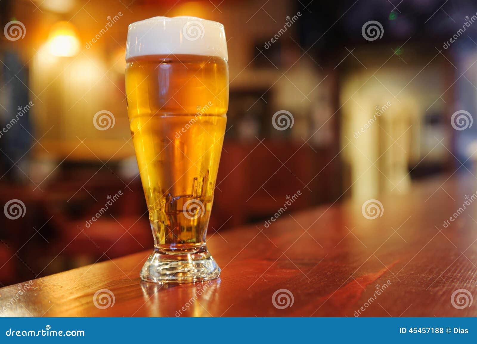 杯在酒吧的啤酒