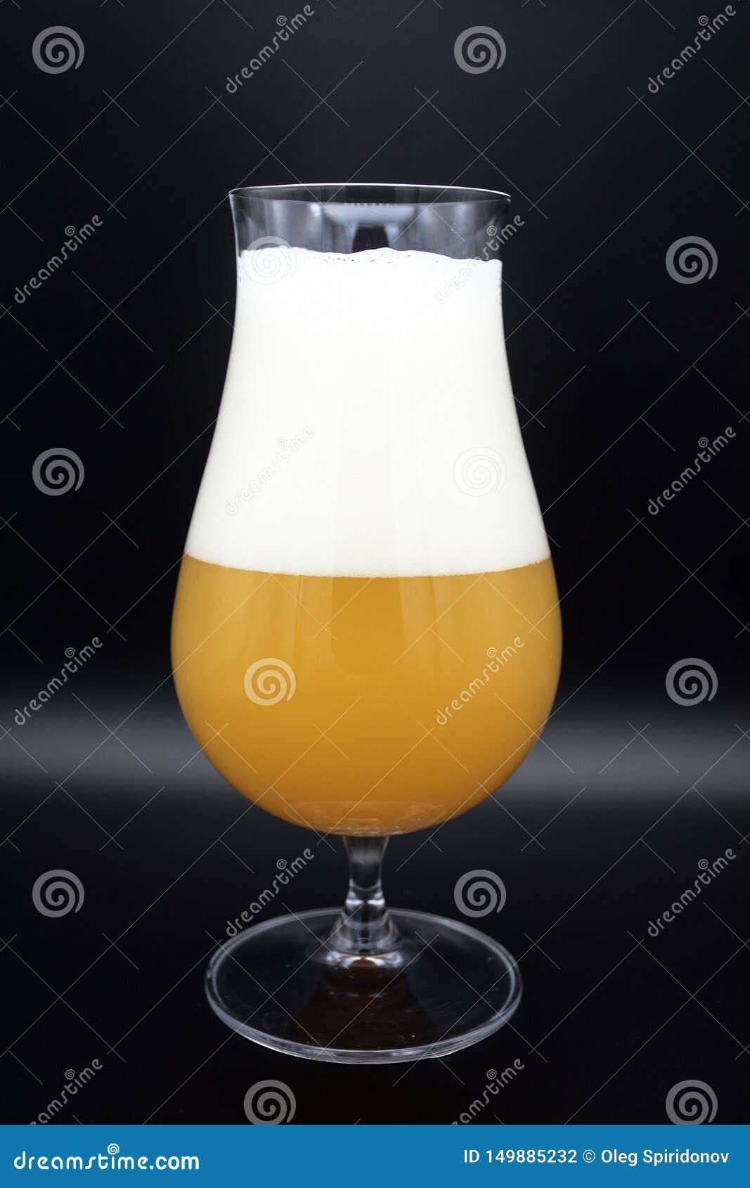 杯在黑背景的啤酒,杯啤酒