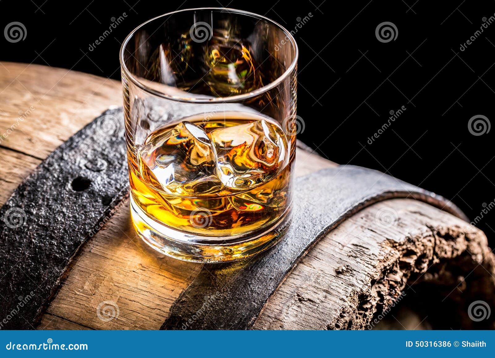 杯威士忌酒和老木桶