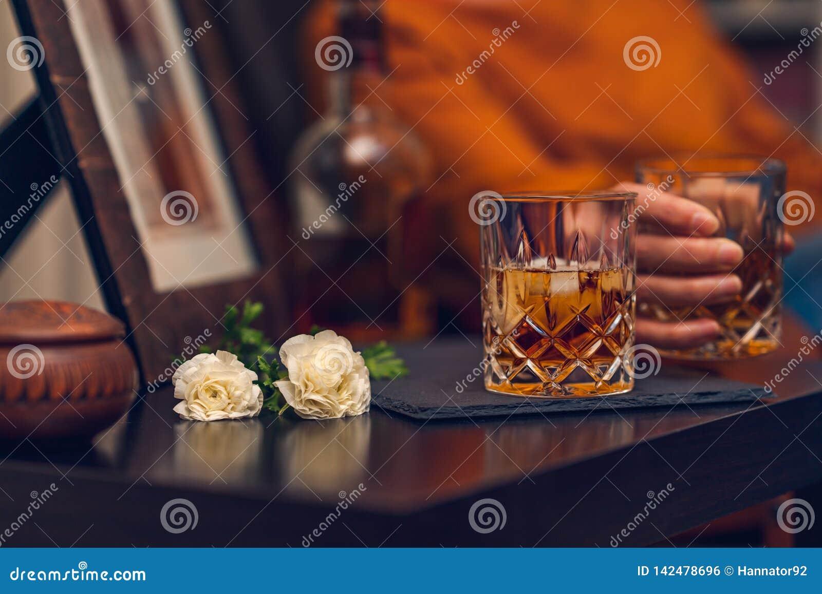 杯威士忌酒和花,静物画,电影作用