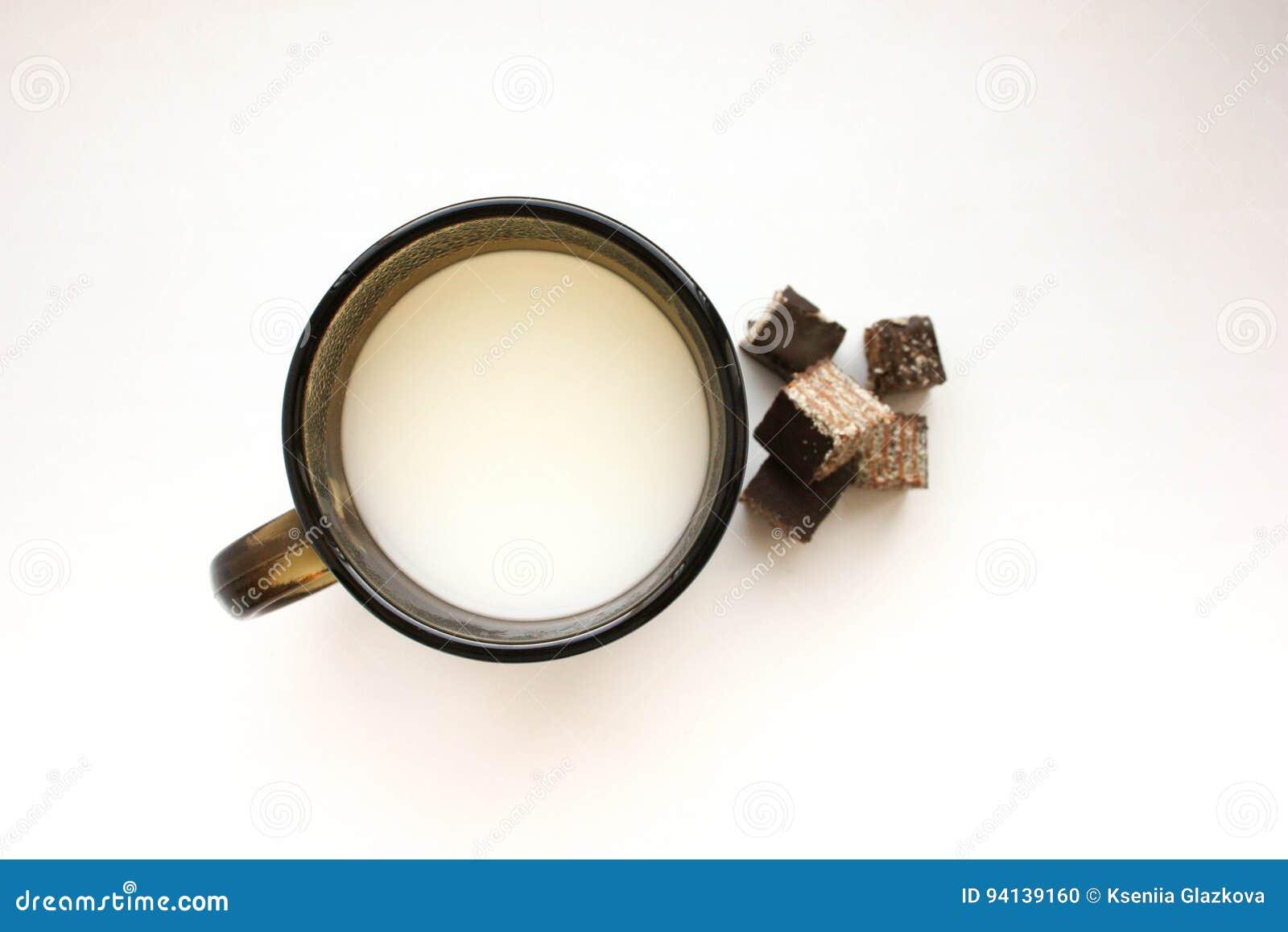杯子用牛奶和甜点