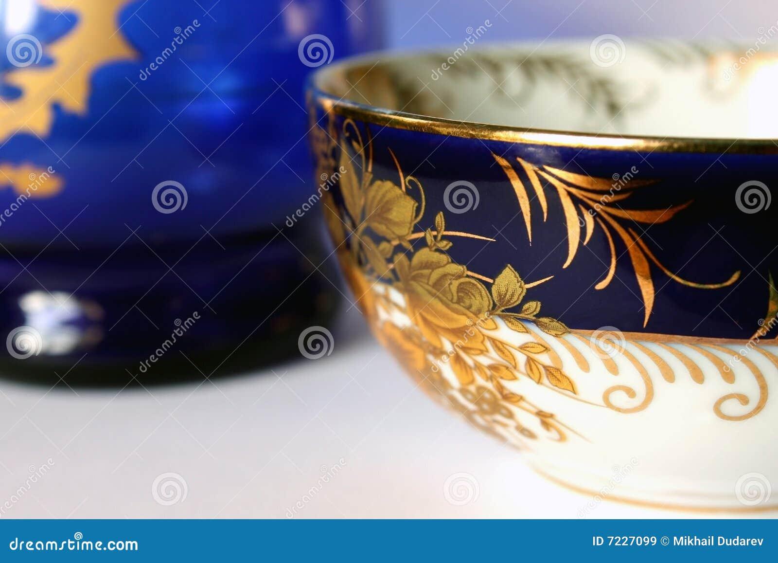 蓝色杯子画金子灰色的背景仿造了二白色.图片