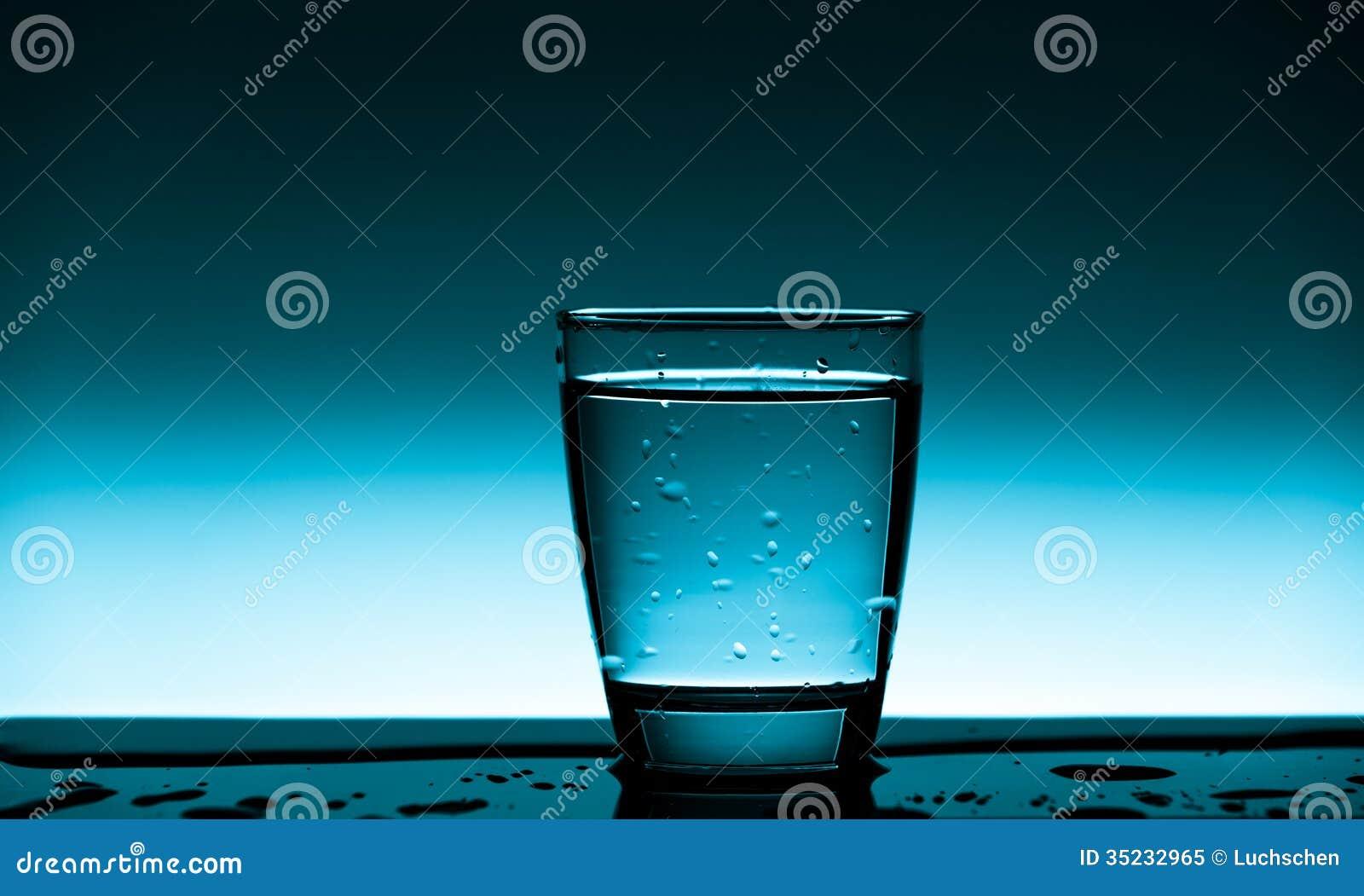 杯干净的饮用水