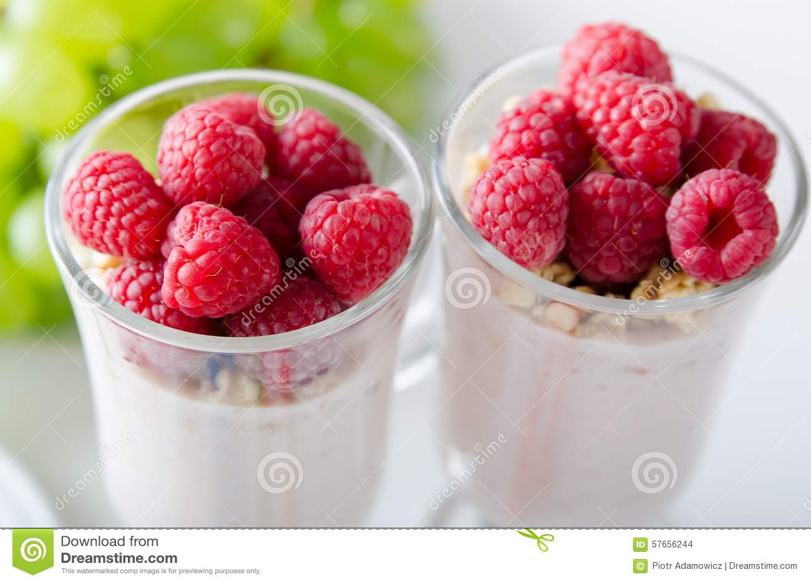 杯点心用酸奶、新鲜的莓果和muesli