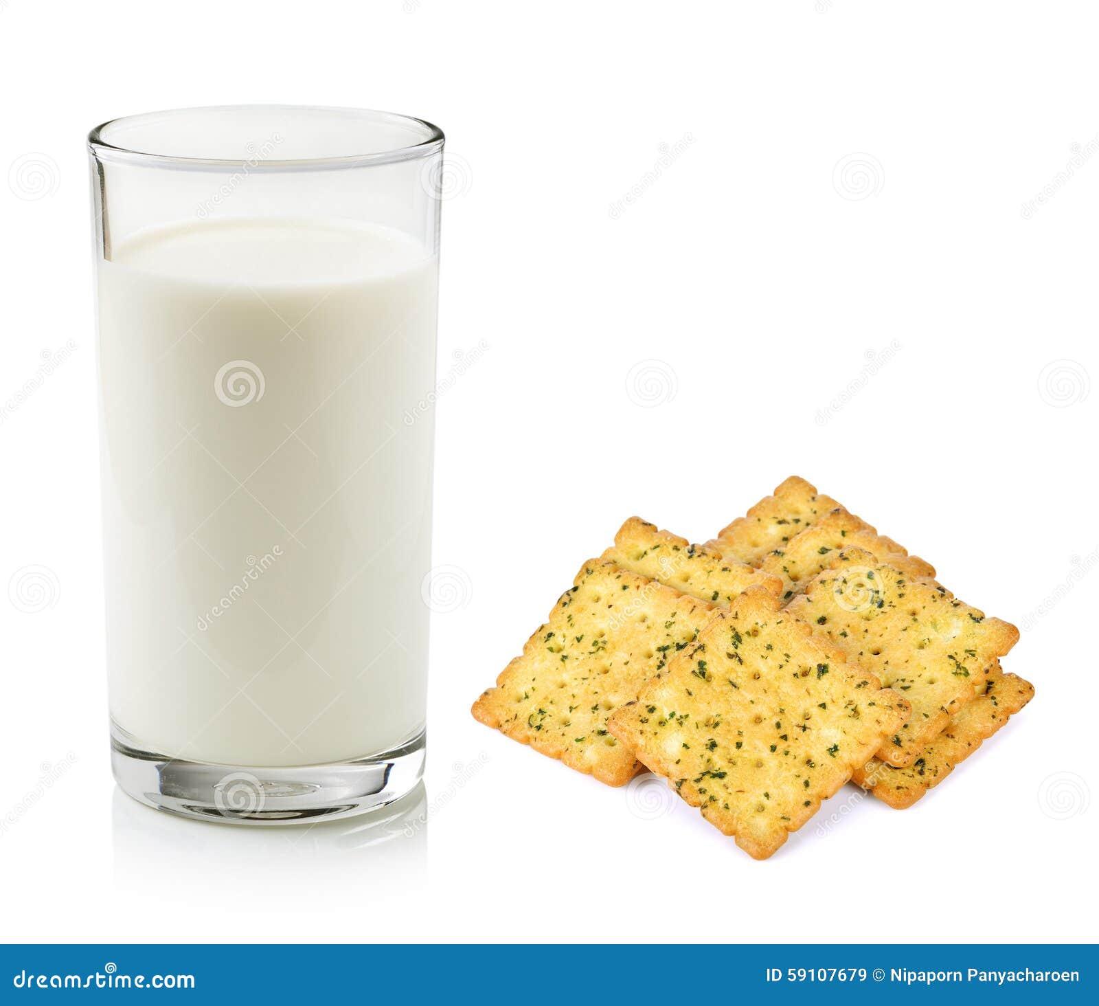 杯牛奶和薄脆饼干