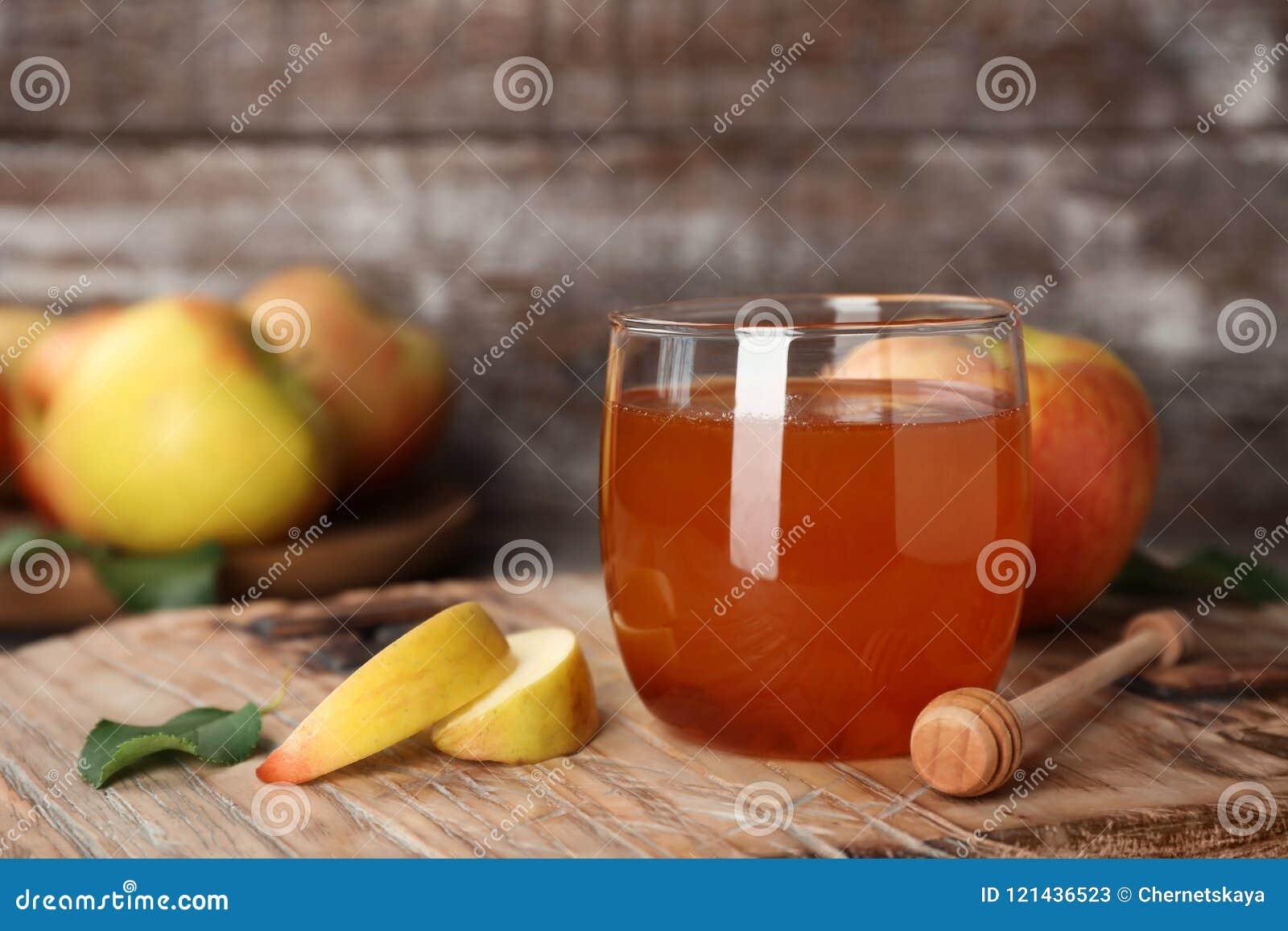 杯蜂蜜、苹果和浸染工