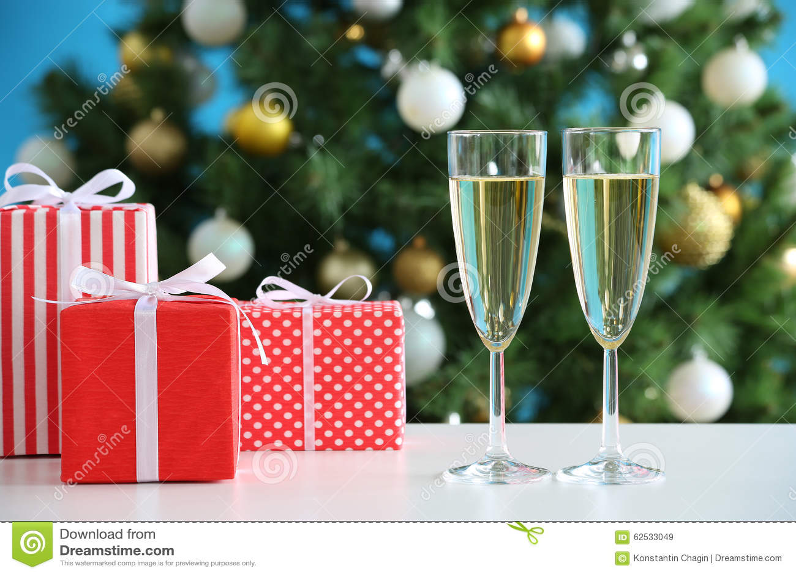 杯香槟和圣诞节礼物