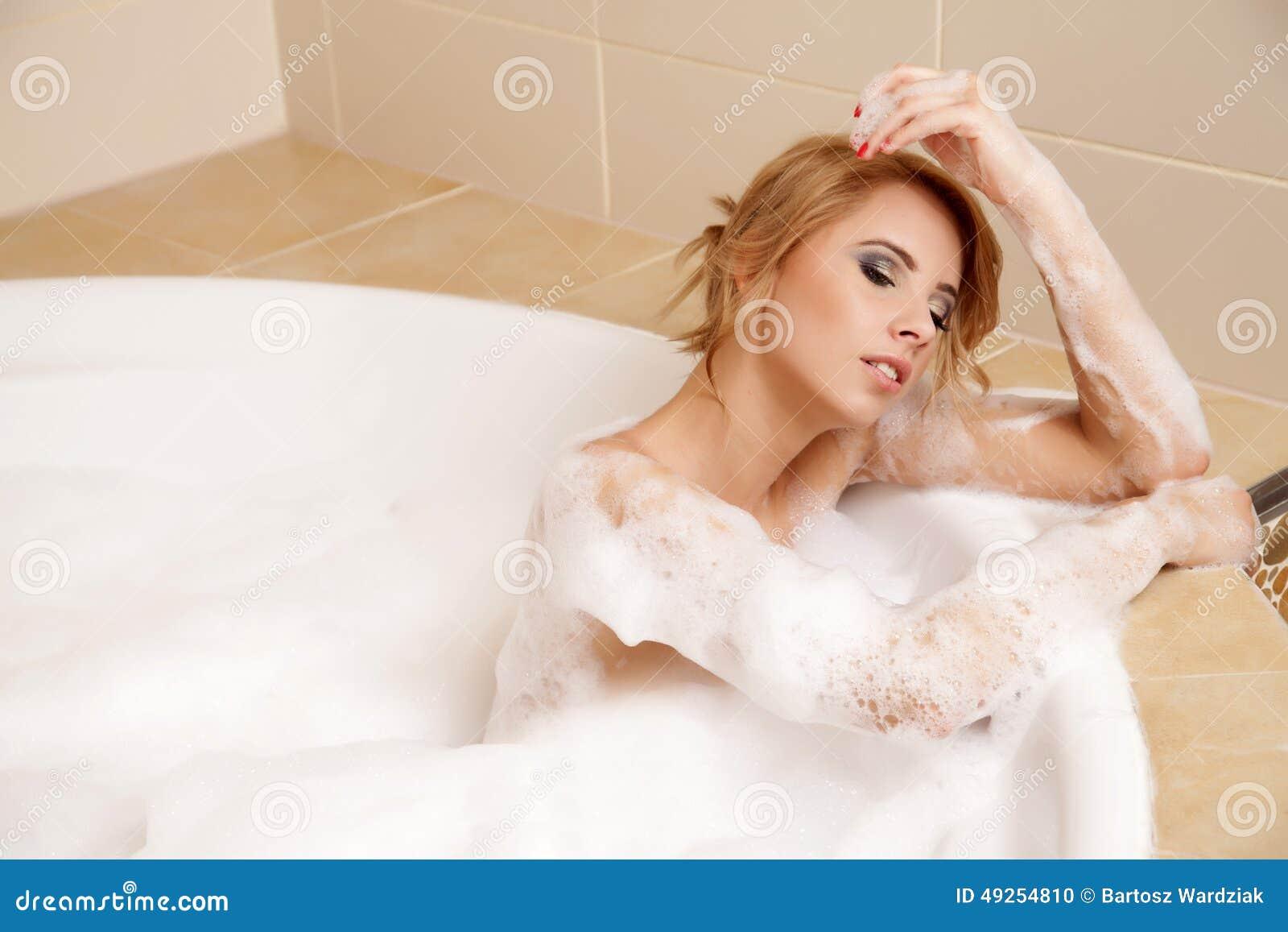 和少妇做�9�.k{x+_浴松弛妇女 少妇特写镜头浴缸bathin的