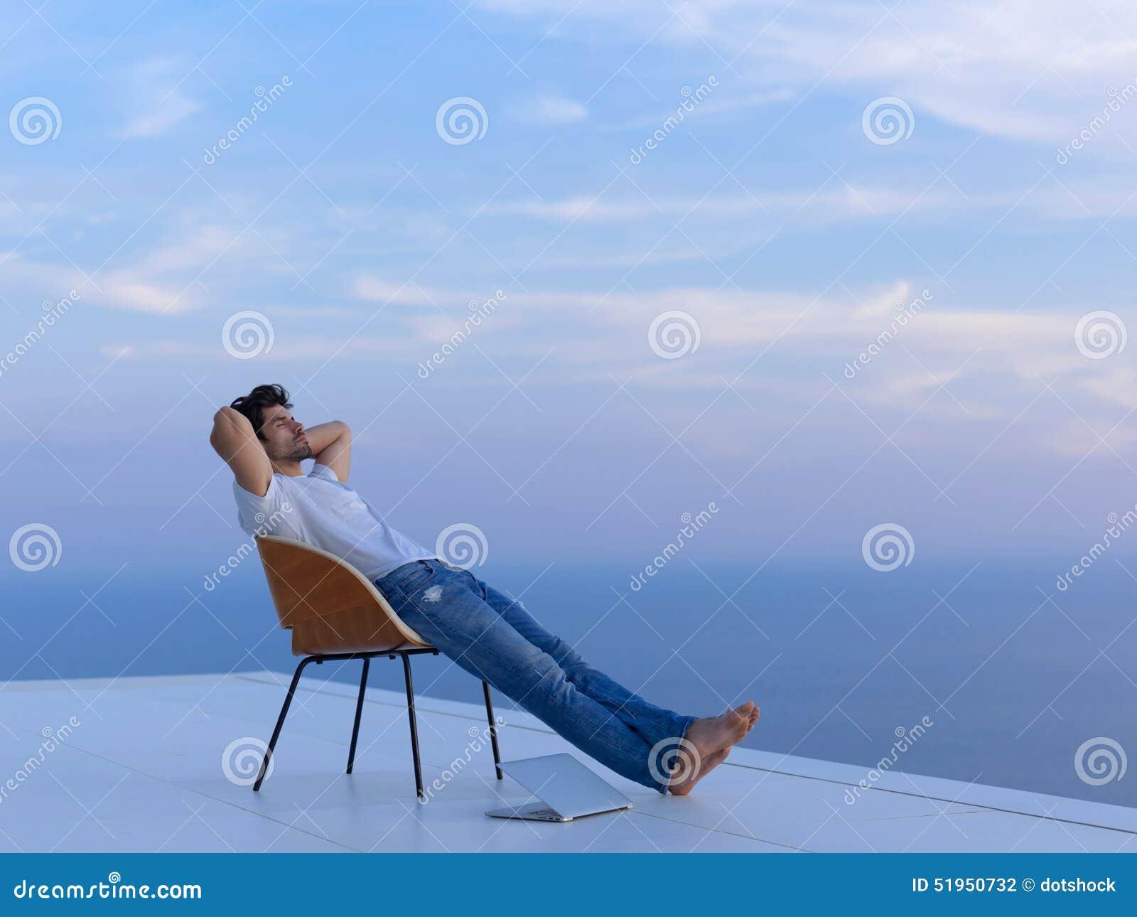 轻松的年轻人在家阳台的