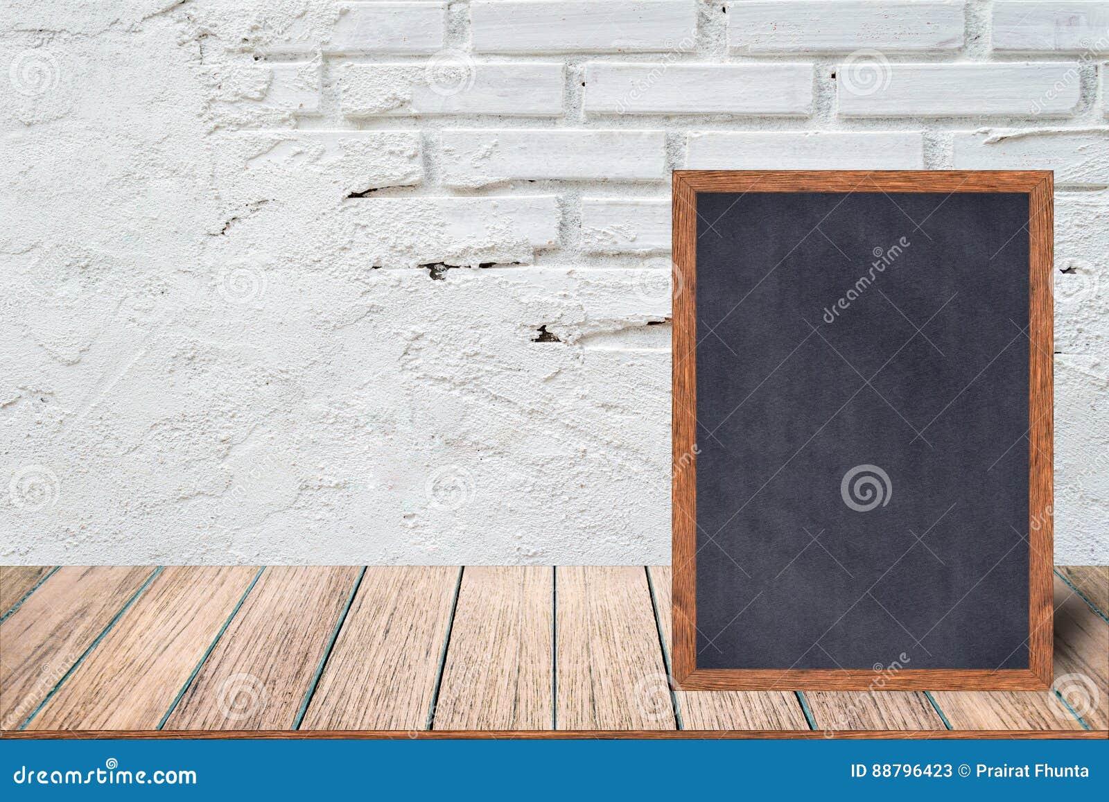 黑板木框架,黑板标志菜单在木桌上和有砖背景