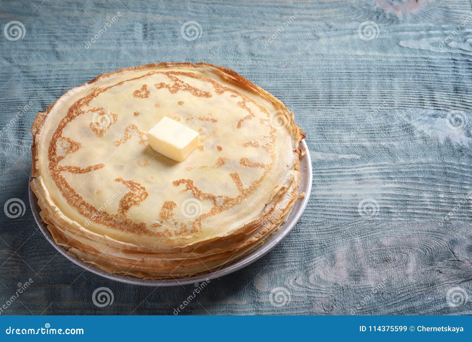板材用稀薄的薄煎饼和黄油