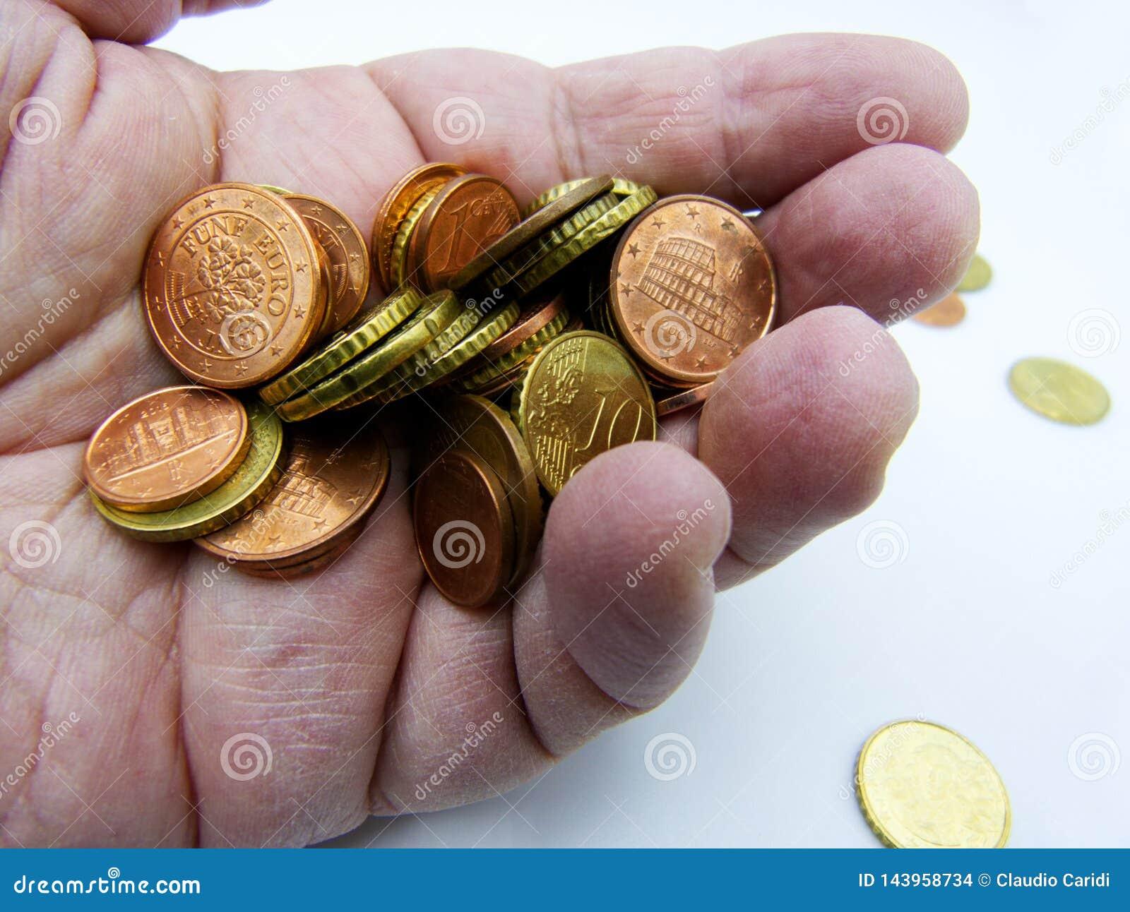 极少数欧元硬币在白色隔绝的棕榈手上