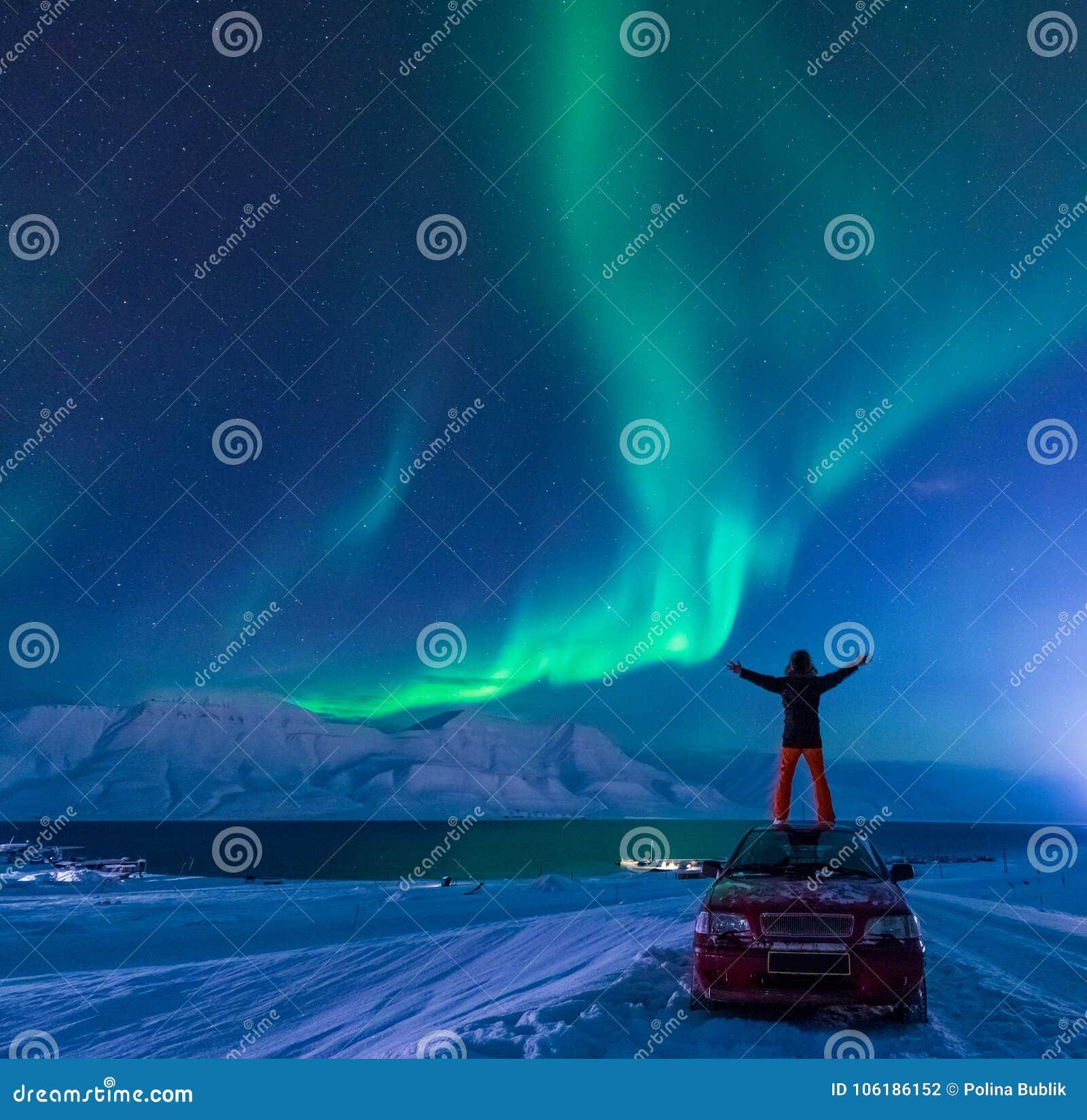 极性北极人北极光极光borealis天空星在朗伊尔城市月亮山的挪威斯瓦尔巴特群岛