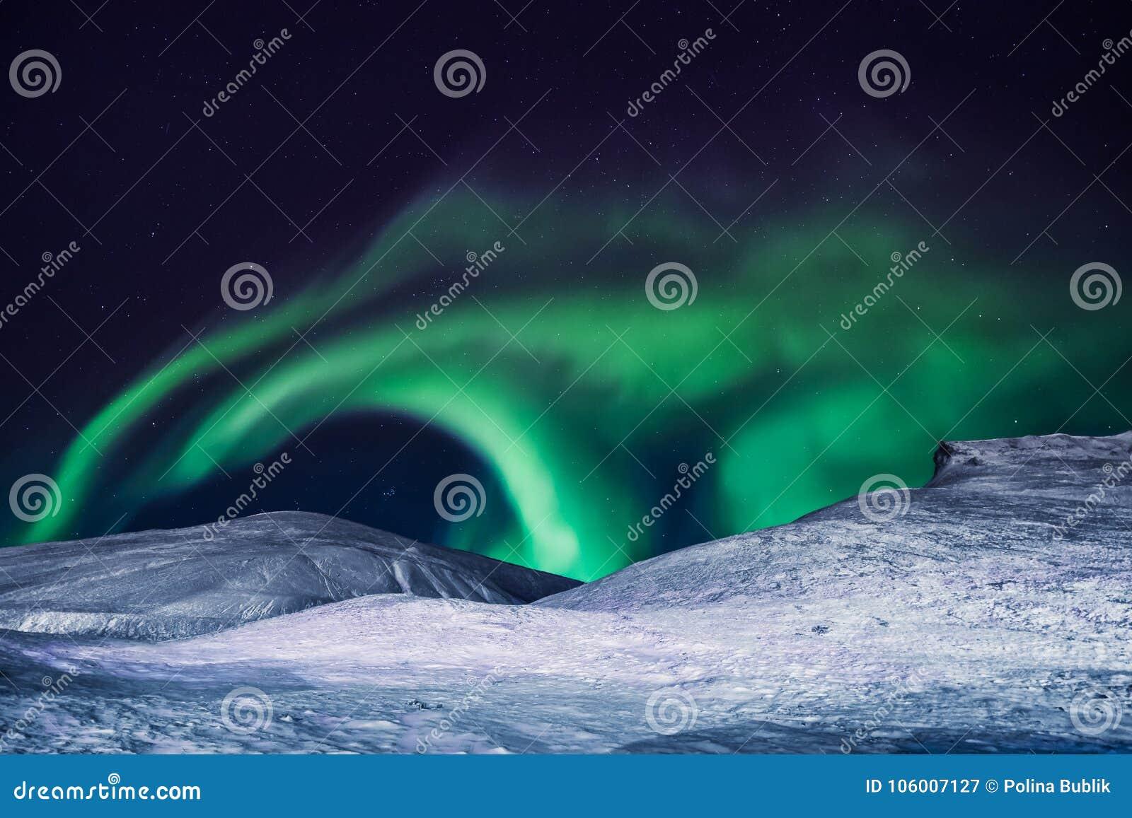 极性北极北极光极光borealis天空星在朗伊尔城市月亮山的挪威斯瓦尔巴特群岛