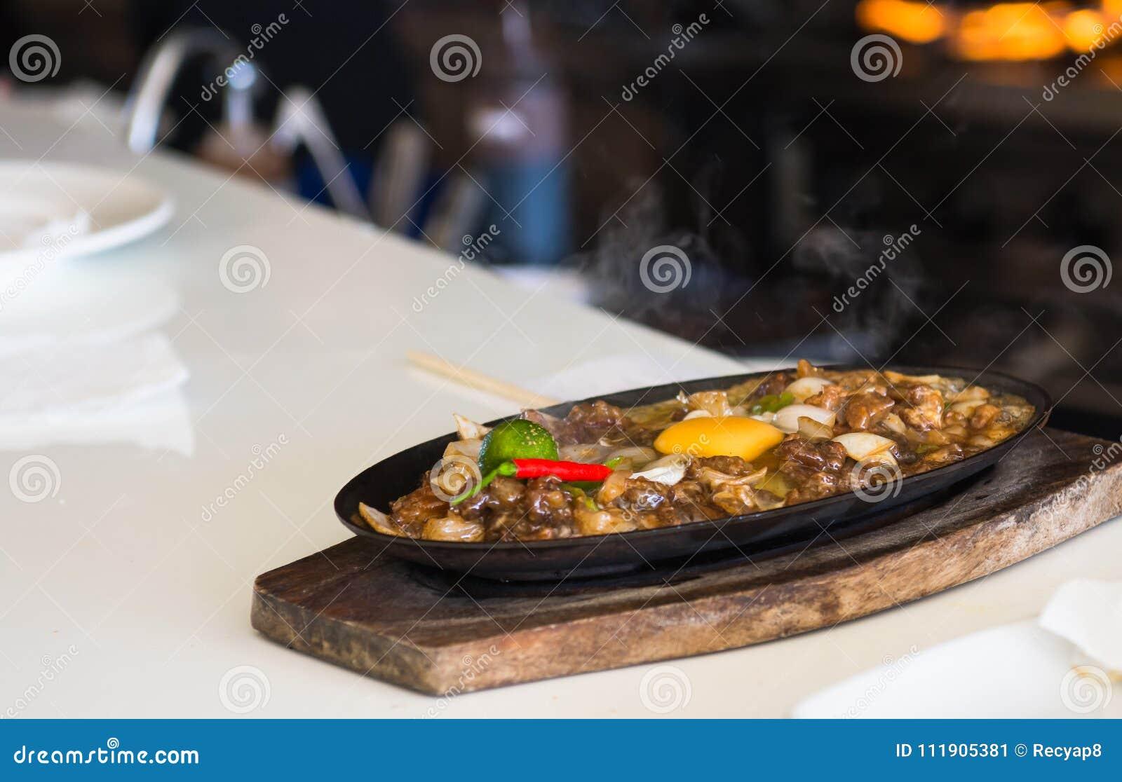 极热的猪肉sisig用未加工的鸡蛋