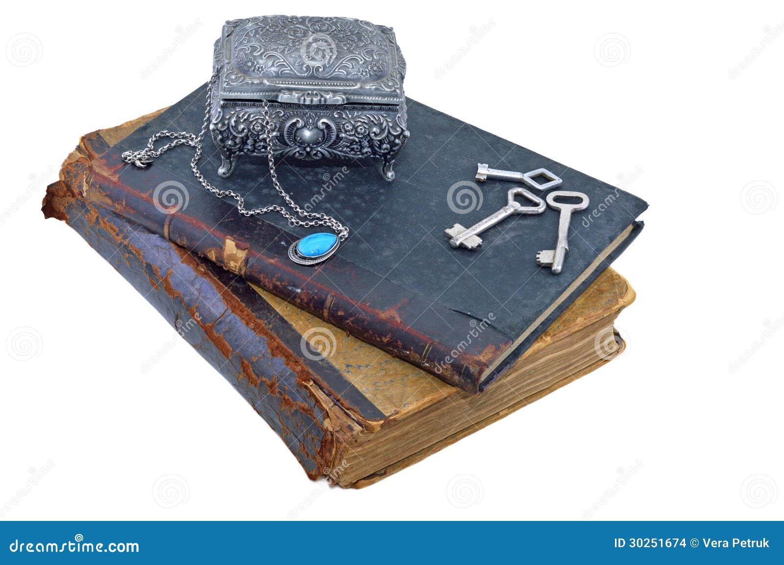 与光盘盒和钥匙的旧书