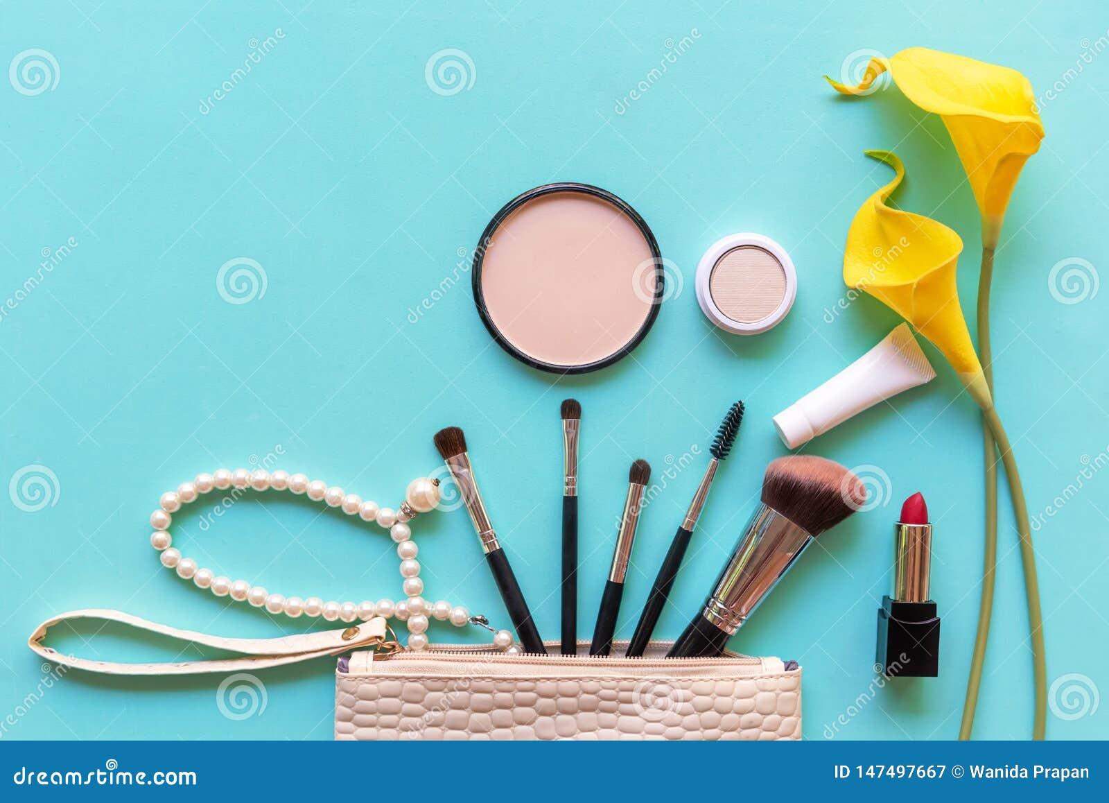 构成化妆用品工具和秀丽化妆用品礼物、产品和面部化妆用品包裹唇膏有黄色花的geen淡色