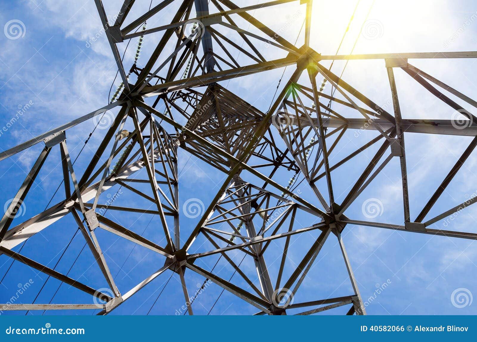 电�_结构的向上看法在输电塔下的.