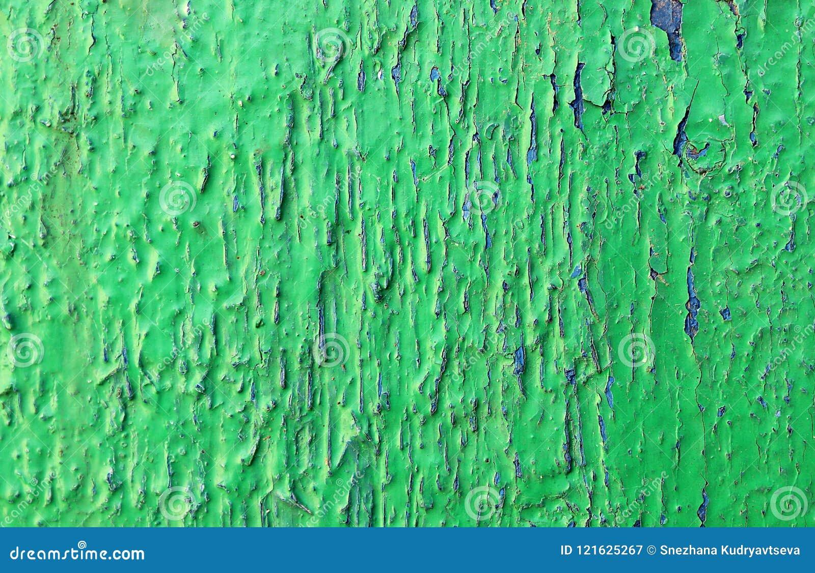 构造与蓝色裂缝的老削皮油漆绿色