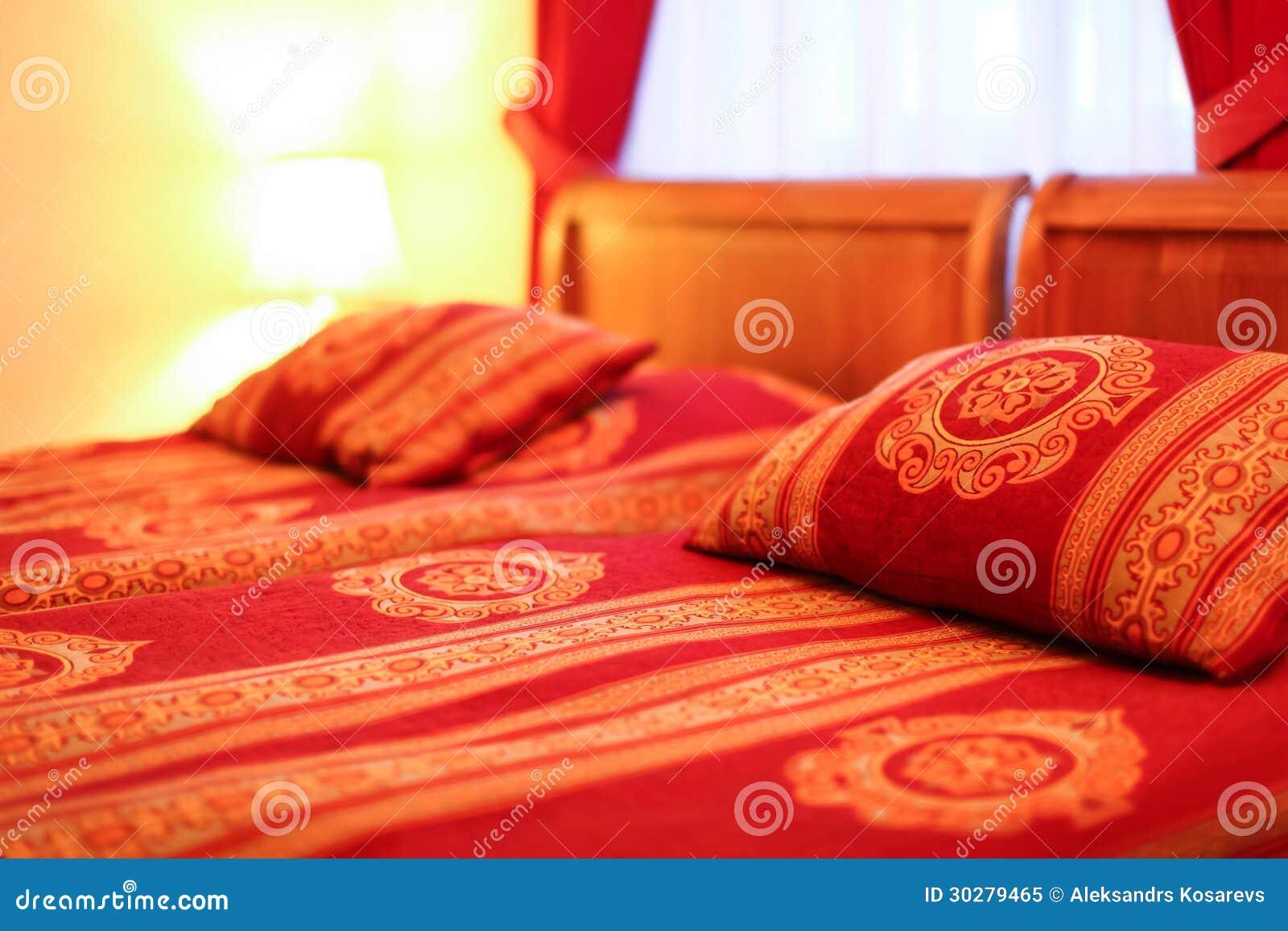 枕头和双人床在现代旅馆内部