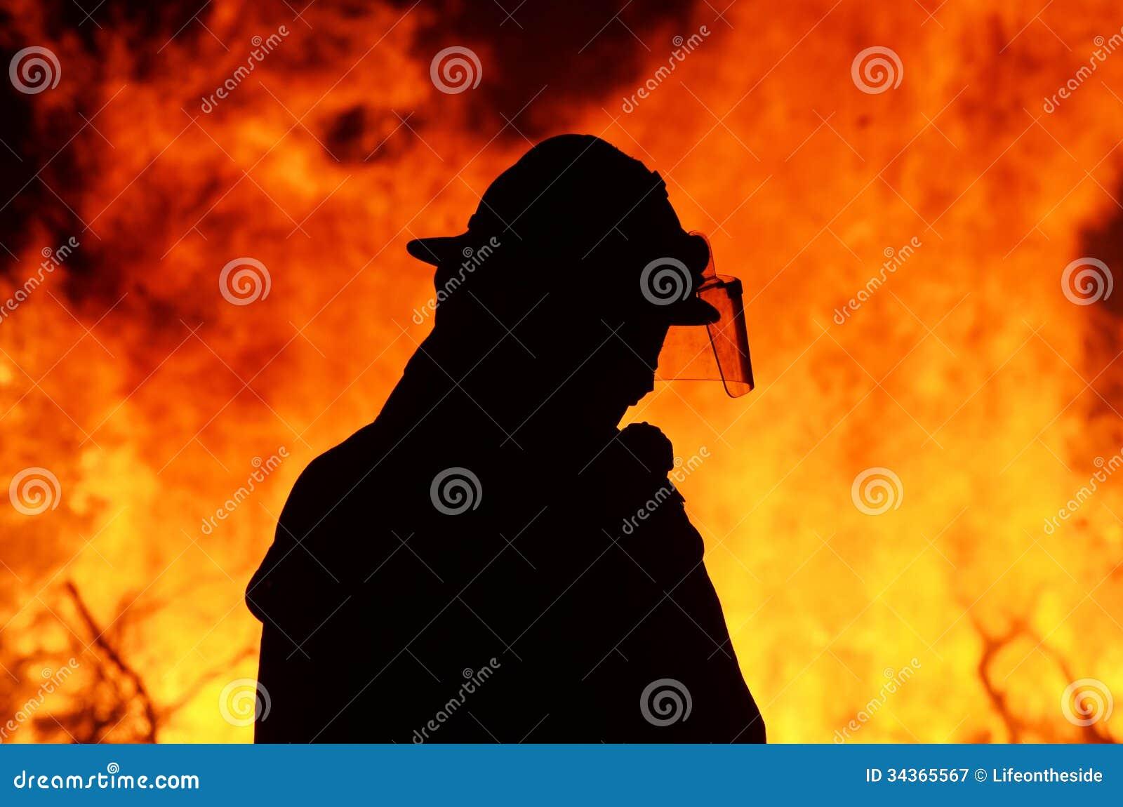 林区大火火焰的一个消防队员急救队员