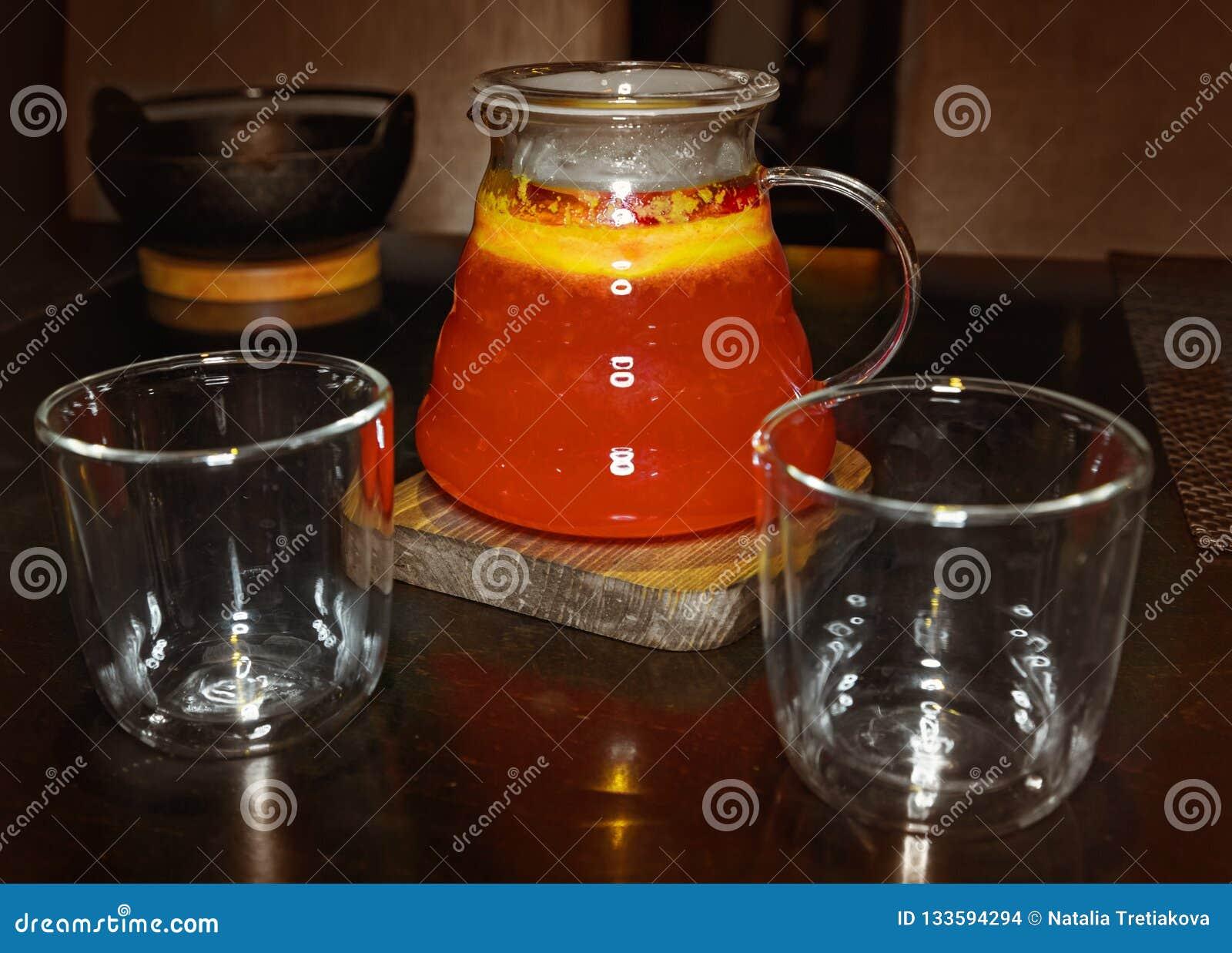 果子红色茶饮料和两块玻璃