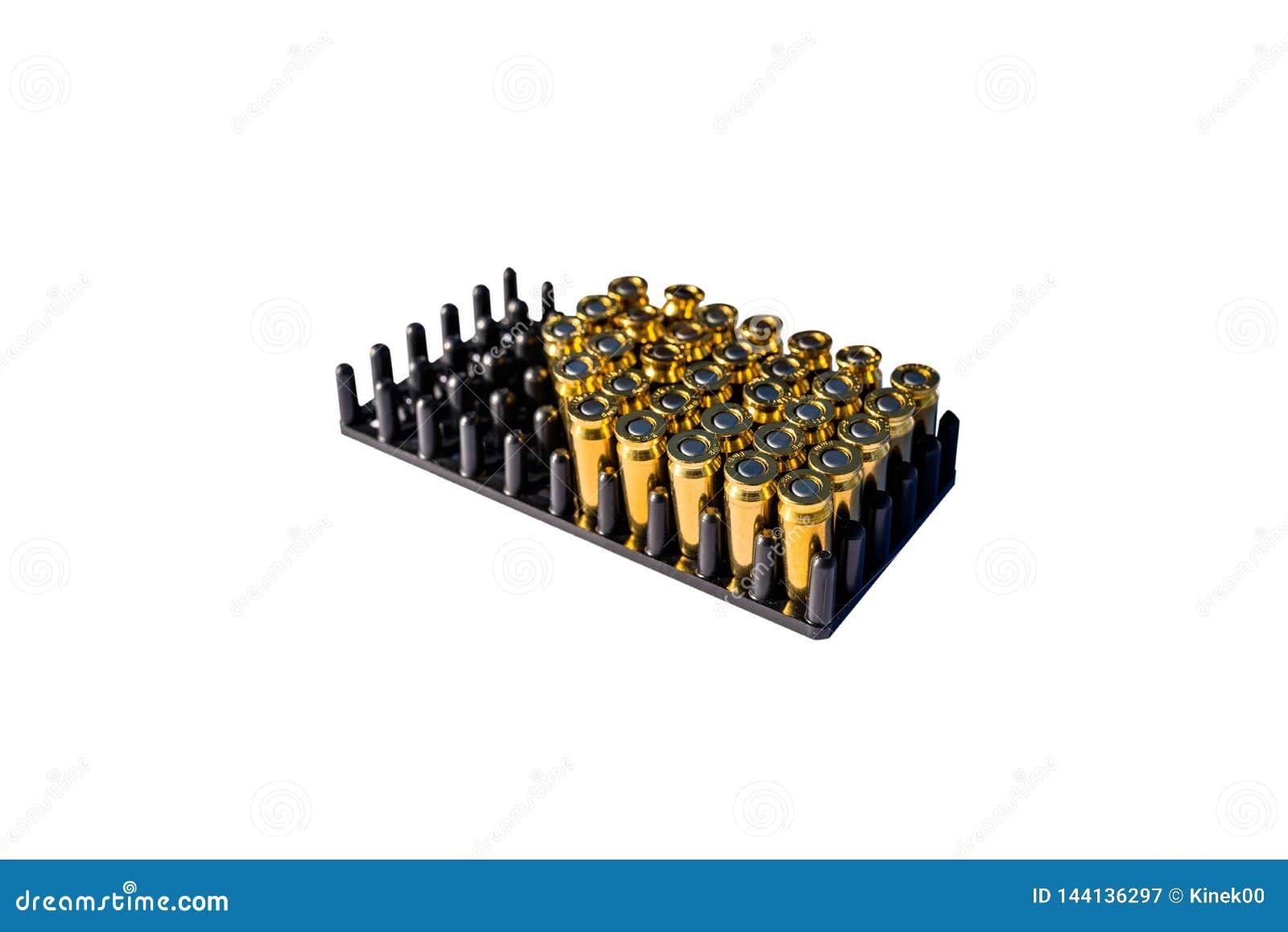 枪的很多瞎的弹药筒在与8mm口径的包裹,隔绝在与裁减路线和空间的白色背景