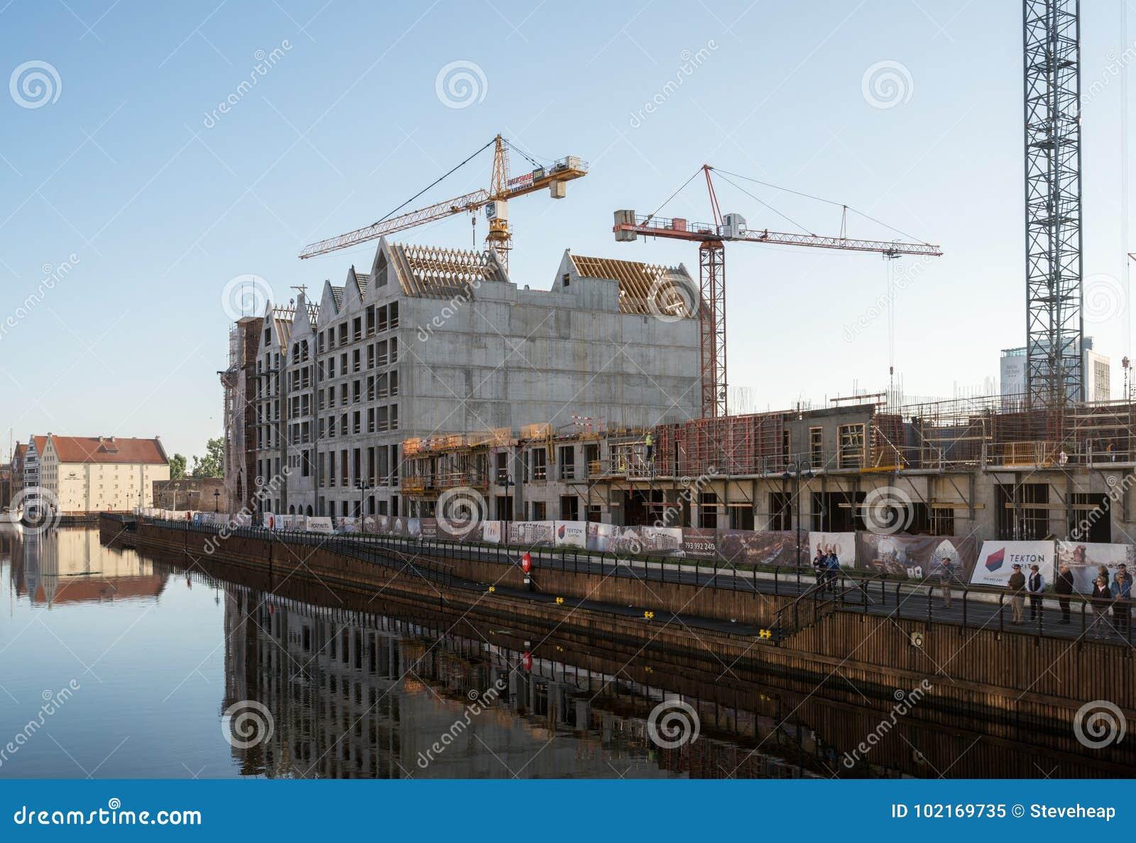架设新的公寓的起重机临近老镇格但斯克